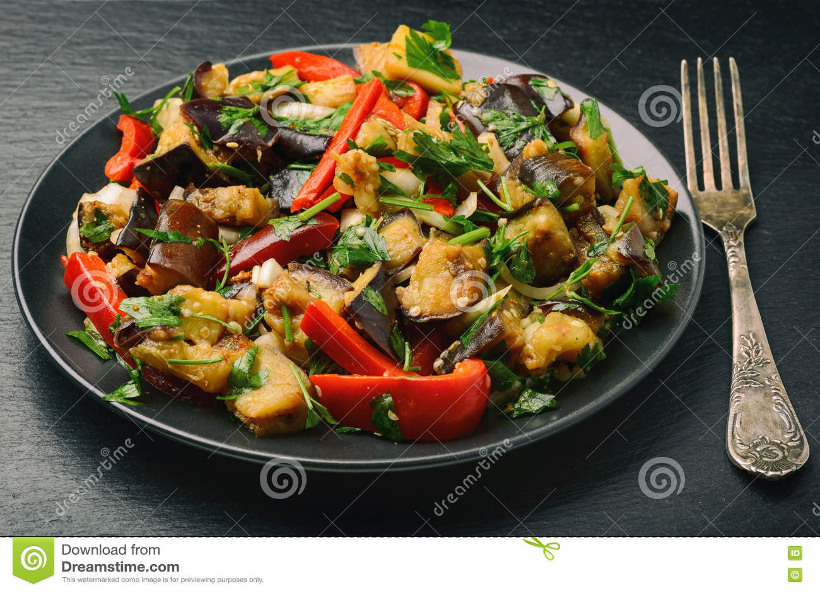 Aperitivo - ensalada con los egplants, la paprika y el ajo asados a la parrilla