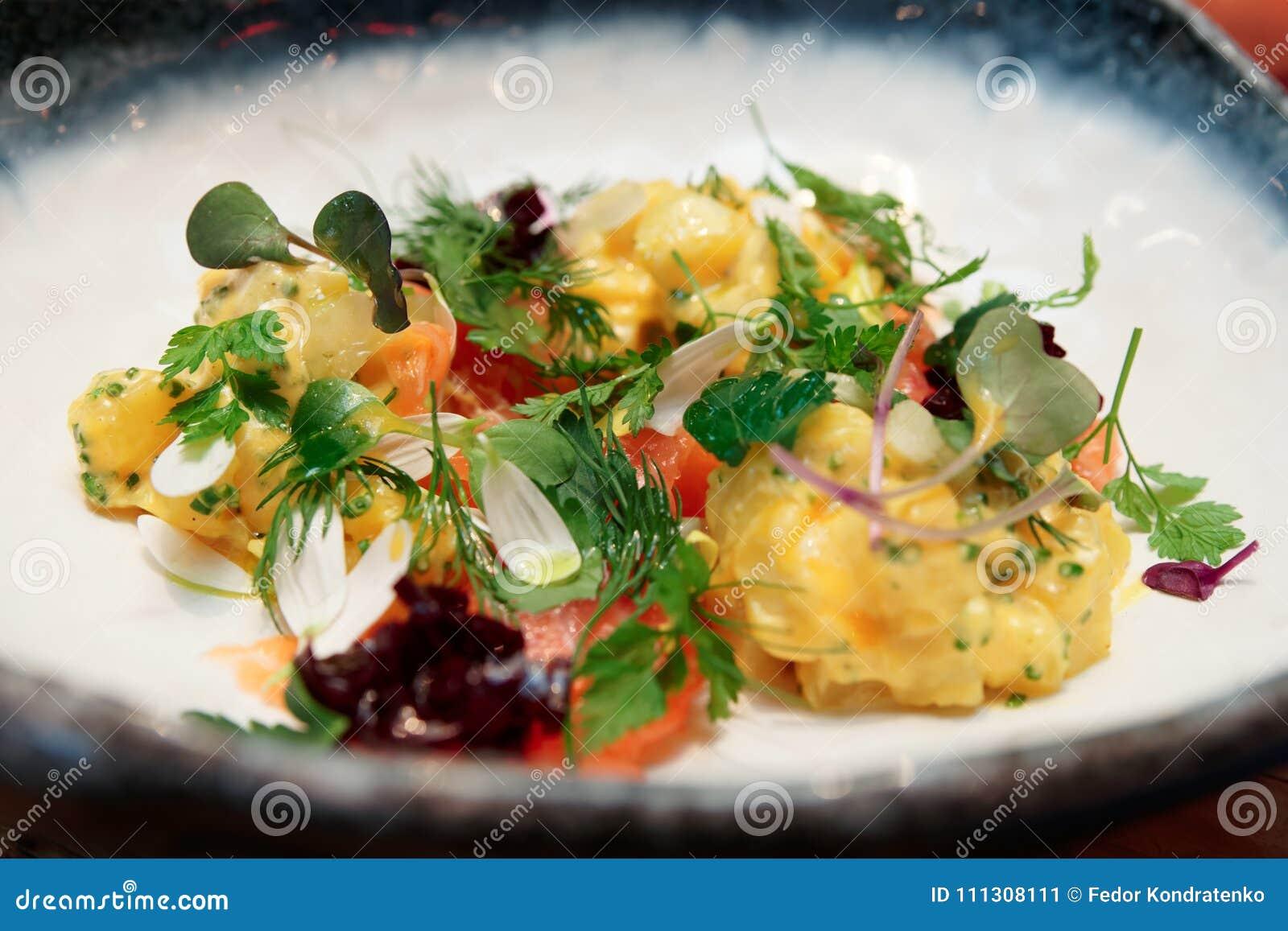 Aperitivo Haute de la cocina con los salmones y las patatas