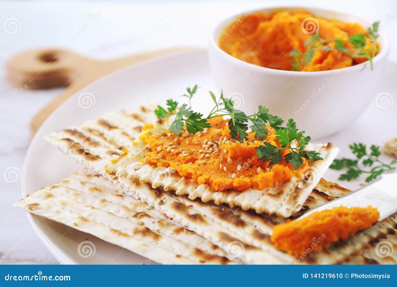 Aperitivo vegetariano Immersione della carota su pane asciutto, condimento del sesamo
