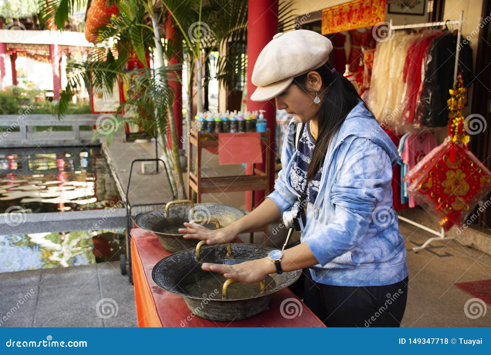 Aperto da fric??o tailandesa da mulher do estilo chin?s de bronze do dissipador para a b?n??o e afortunado ? m?o no centro cultur