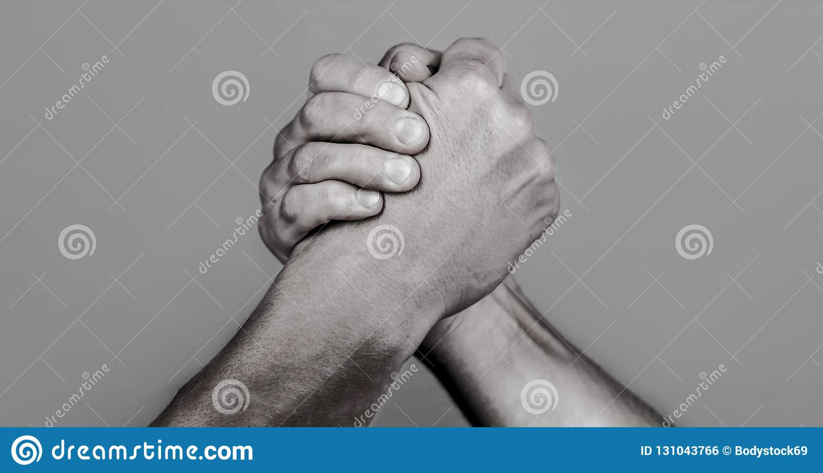 Aperto de mão amigável, amigos cumprimento, trabalhos de equipe, amizade Aperto de mão, braços, amizade Mão, rivalidade, contra,