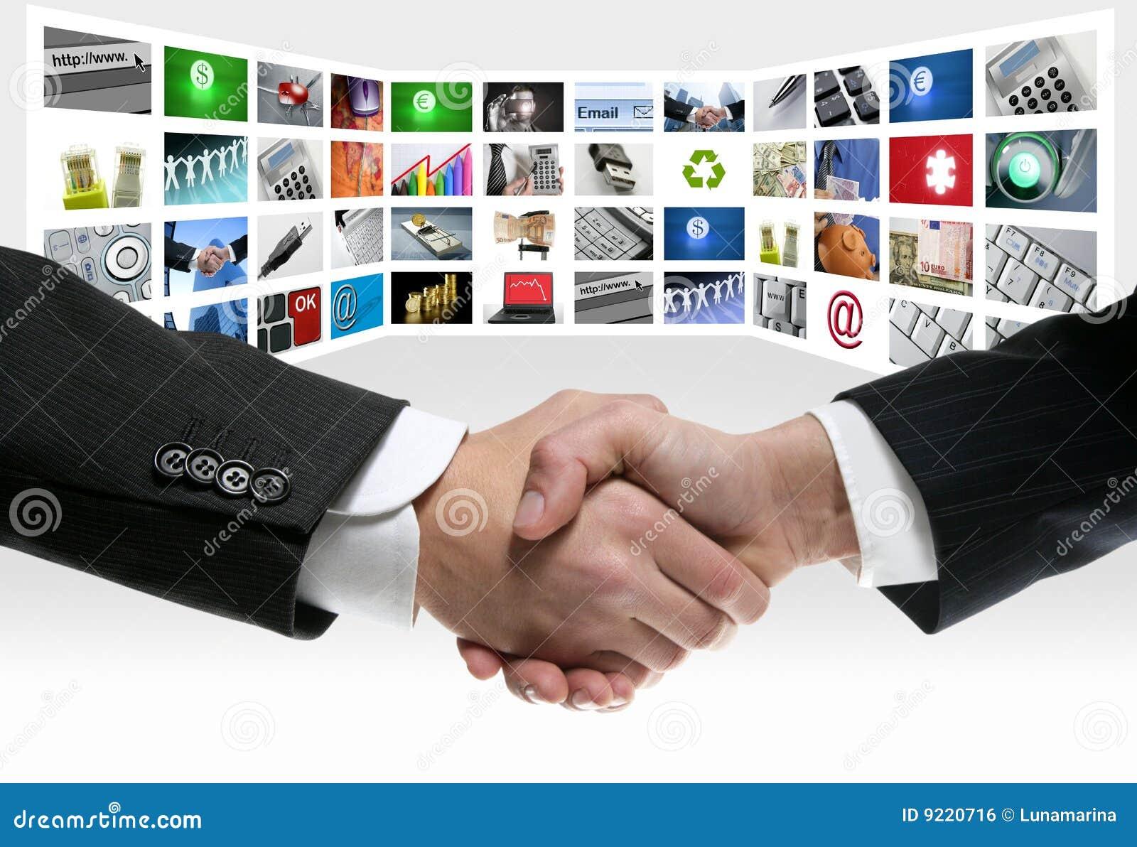 Aperto de mão da tela de uma comunicação video da tevê da tecnologia