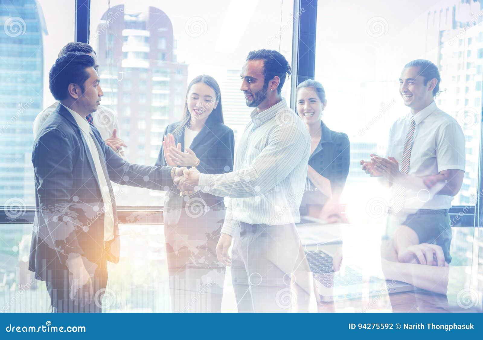 Aperto de mão e executivos do negócio Executivos empresariais a felicitar