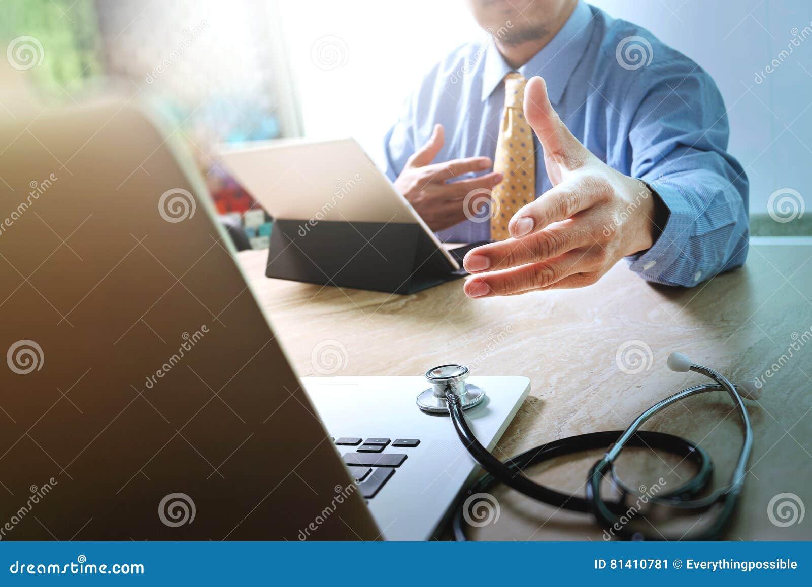 Aperto de mão que ajuda para o conceito médico da tecnologia do negócio Docto