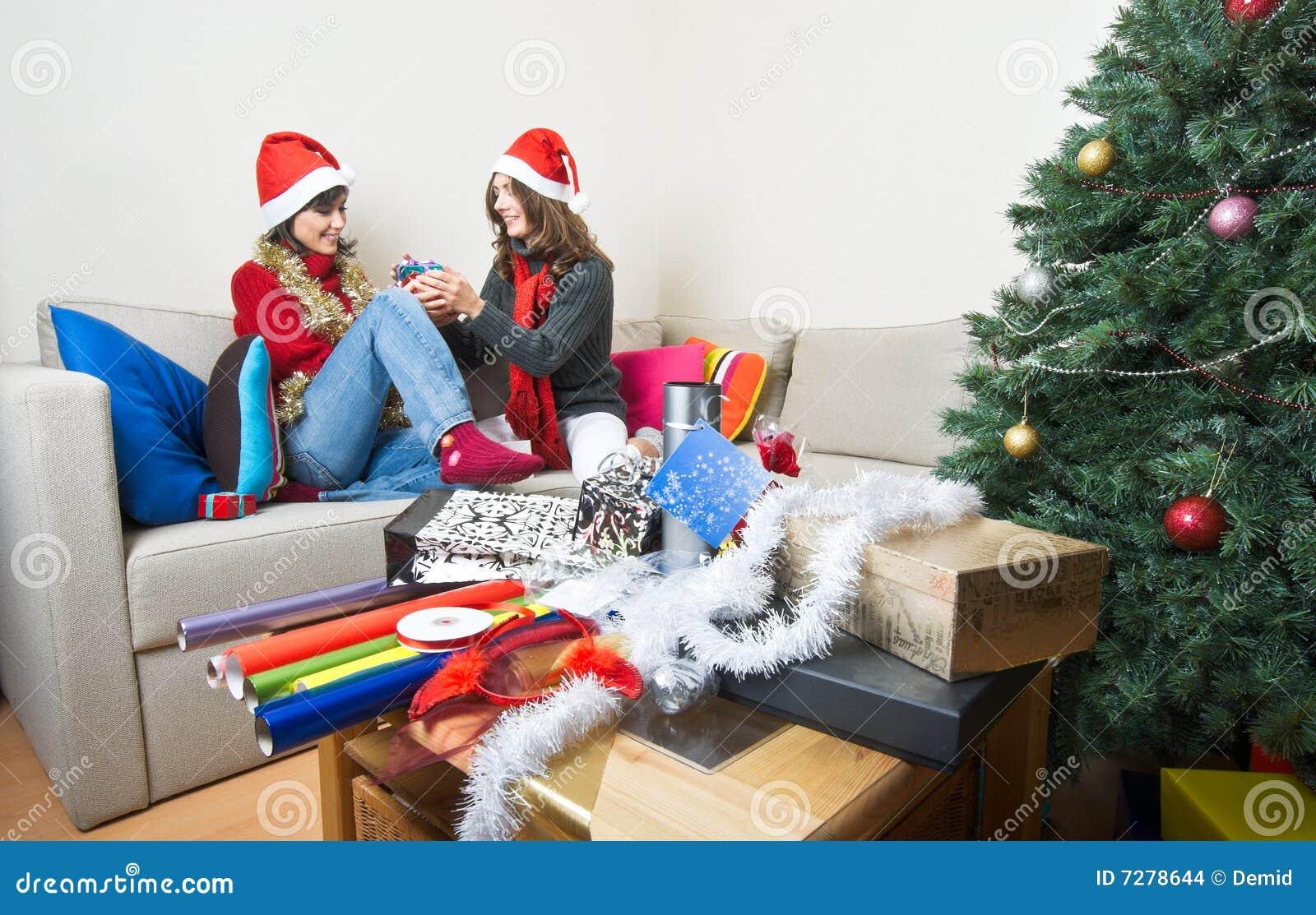Apertura/que prepara de los amigos regalos de Navidad