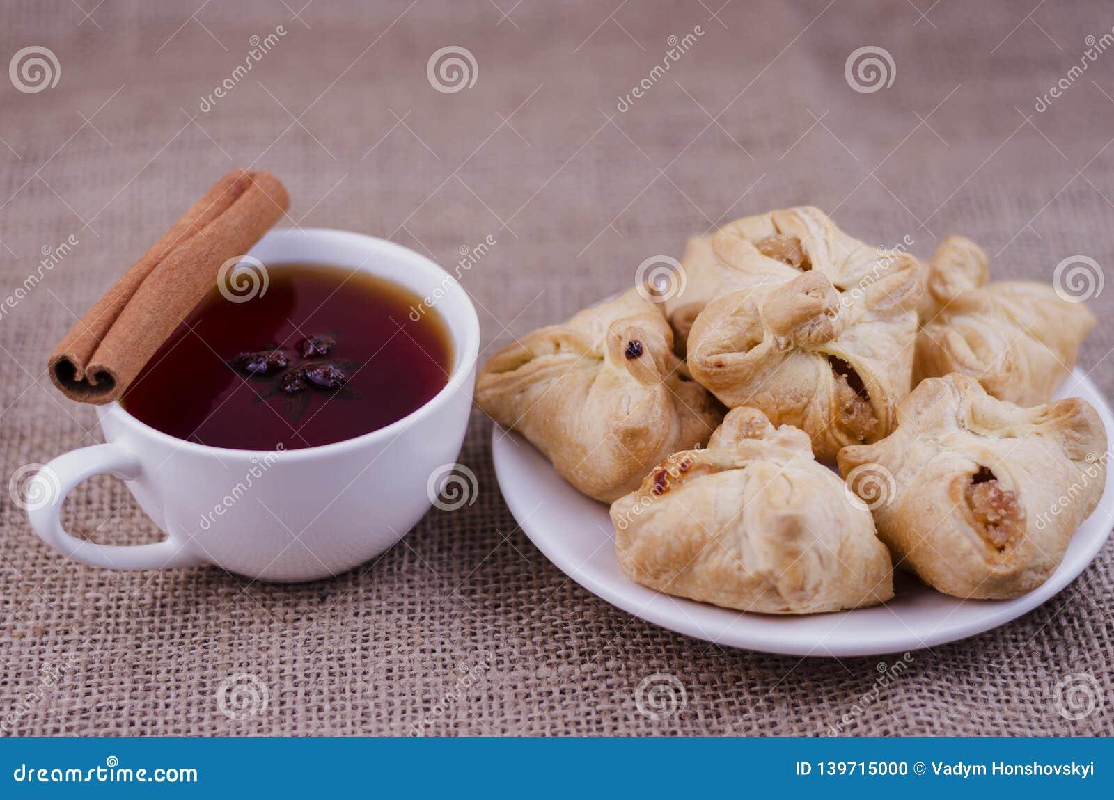 Apfelkuchen und Tee mit Anis und Zimt