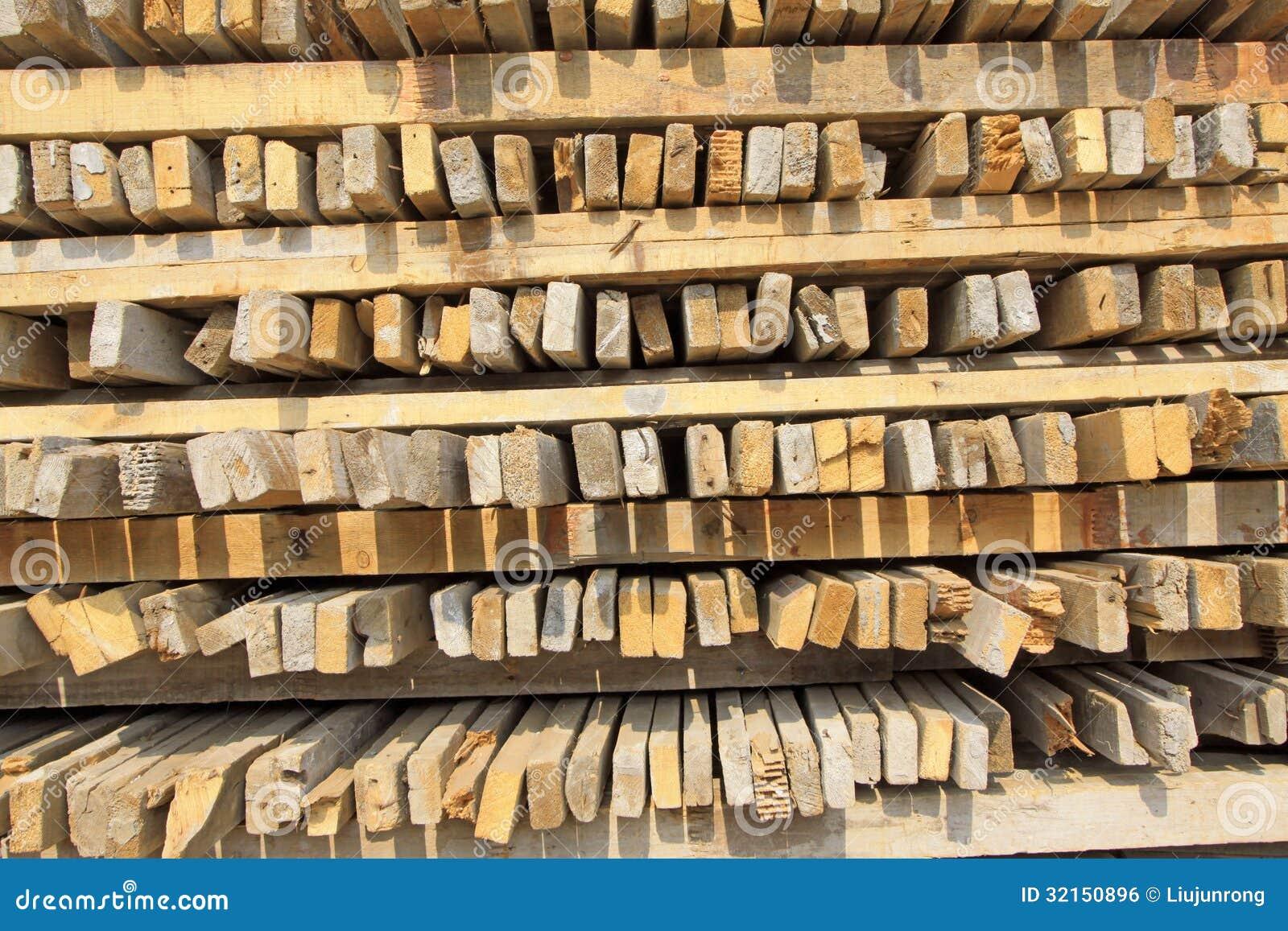 Apilada junta madera en un solar
