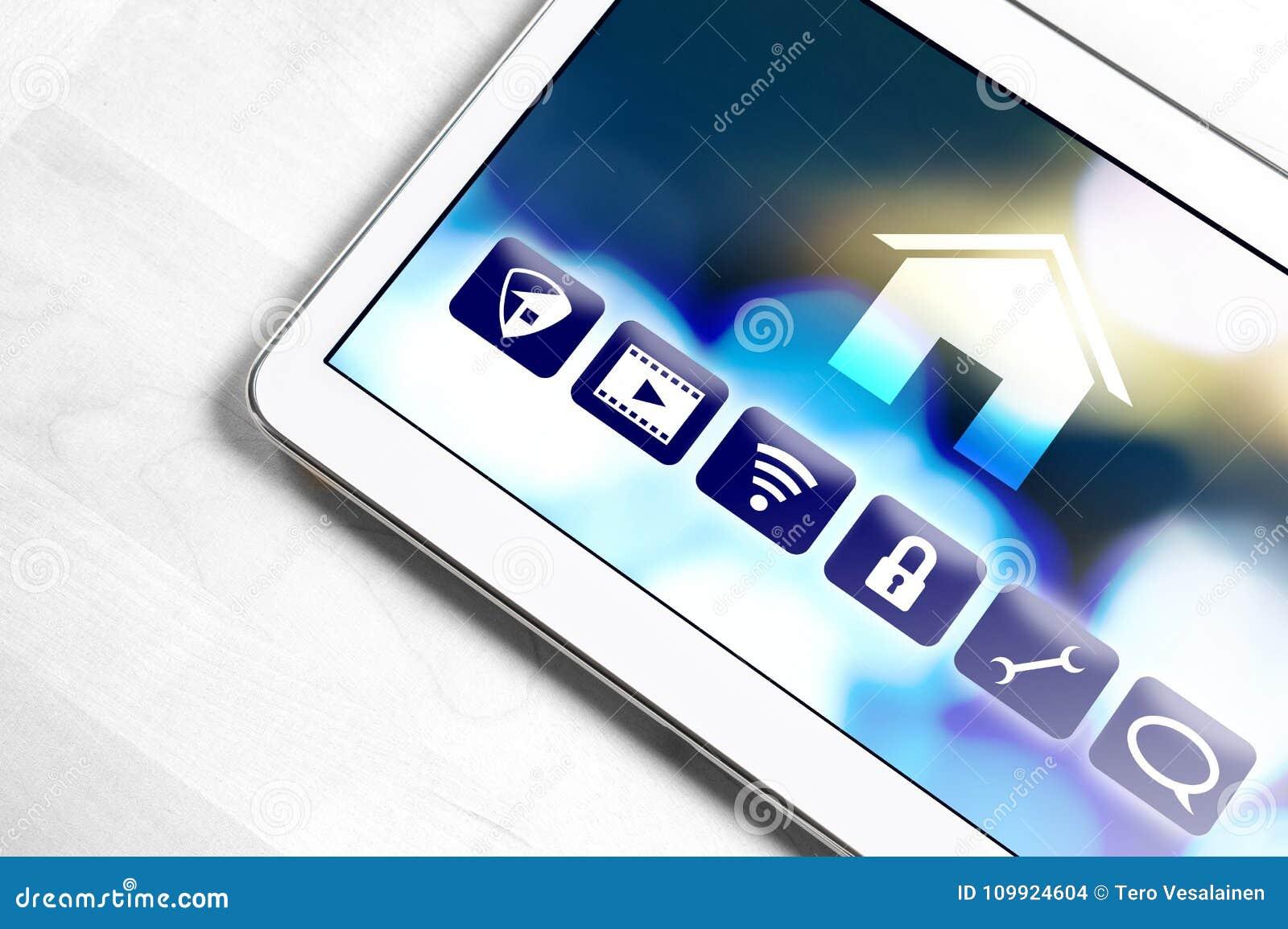 Aplicação home esperta na tabuleta para controlar dispositivos da casa