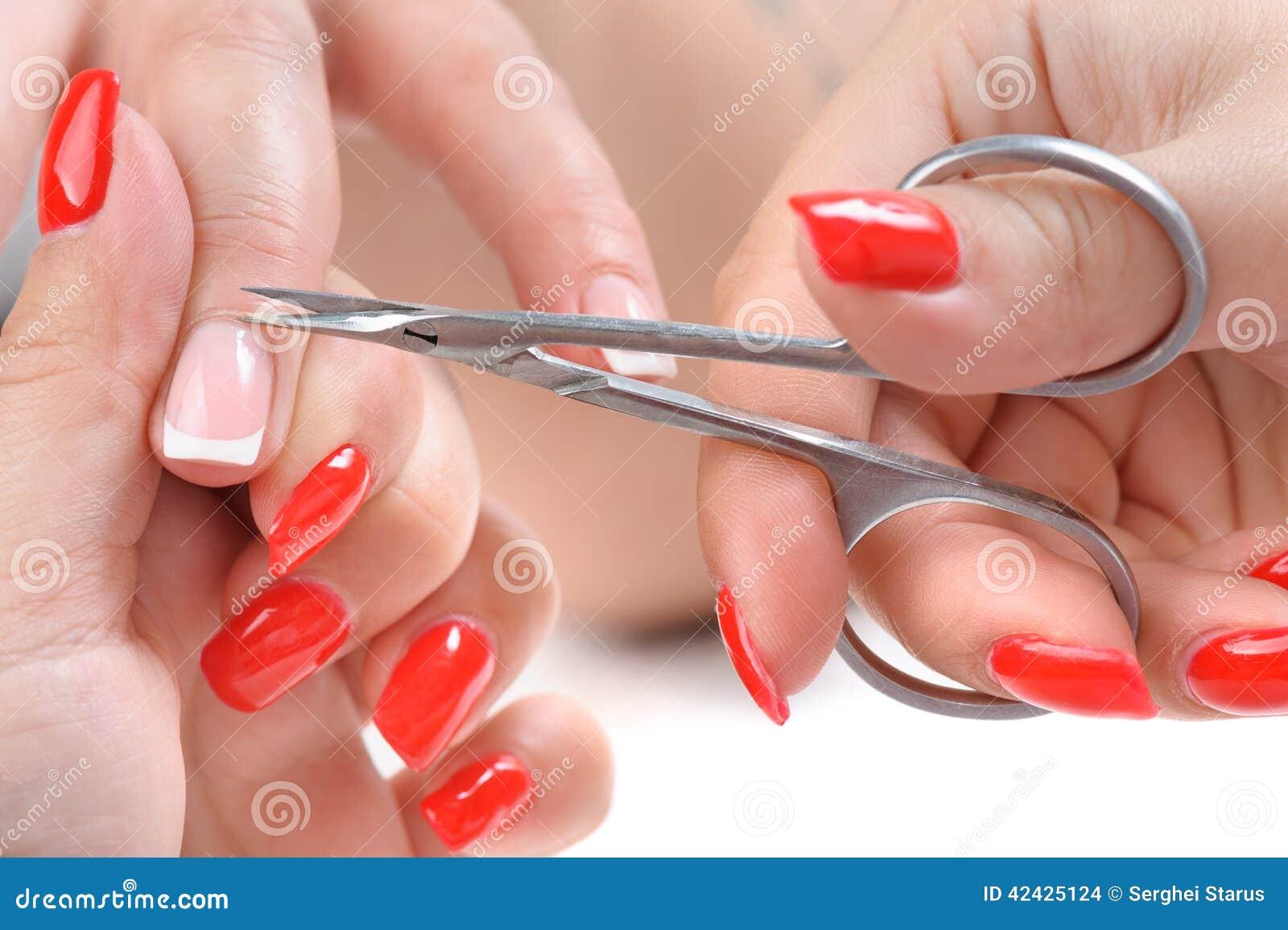 Aplicación de la manicura - cortar la cutícula