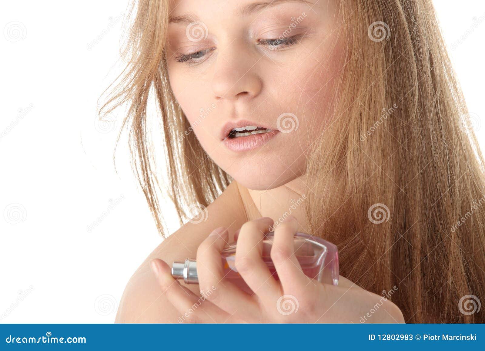 Aplicando o perfume