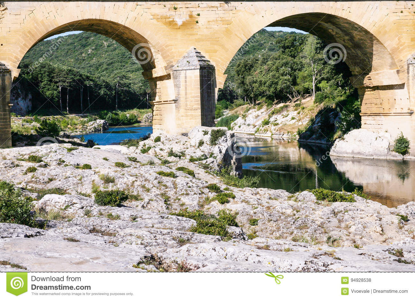 Apoios do aqueduto romano antigo Pont du Gard