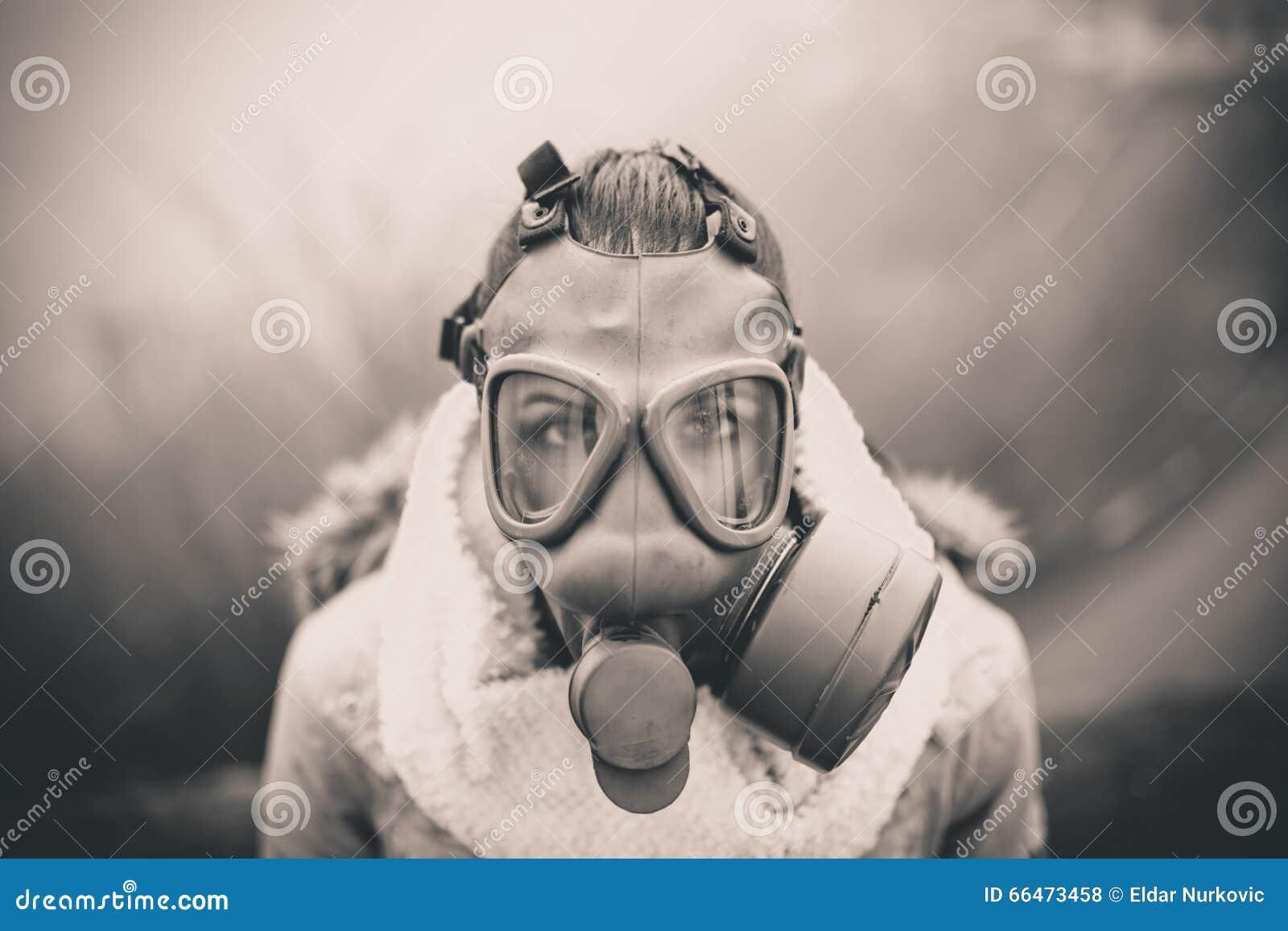 Apokalyptischer Überlebender des Postens in der Gasmaske ABFLUSSRINNEN-Gasmaske der Frau Atmungs, Gesundheit in der Gefahr Konzep