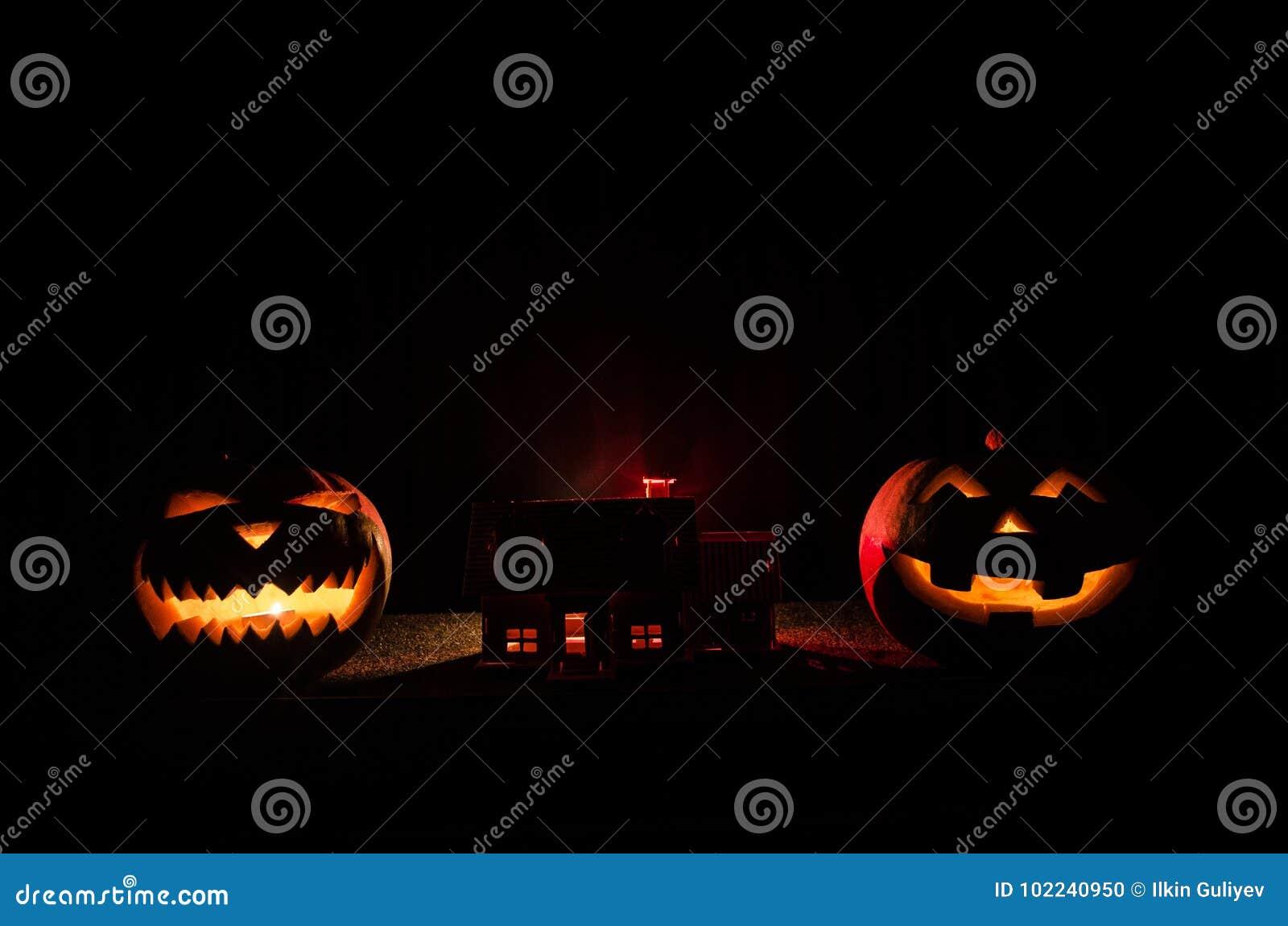 Apokalyptiskt allhelgonaaftonlandskap med gammal huspumpa Fasalevande död nära det övergav huset halloween