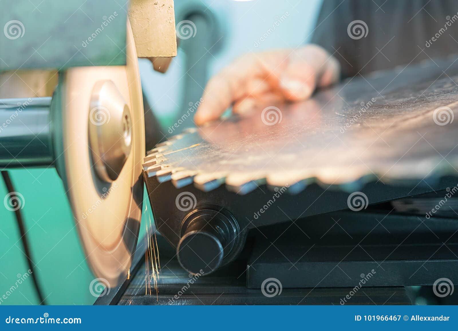 Apontando a circular viu, trabalhador aponta uma lâmina de serra circular