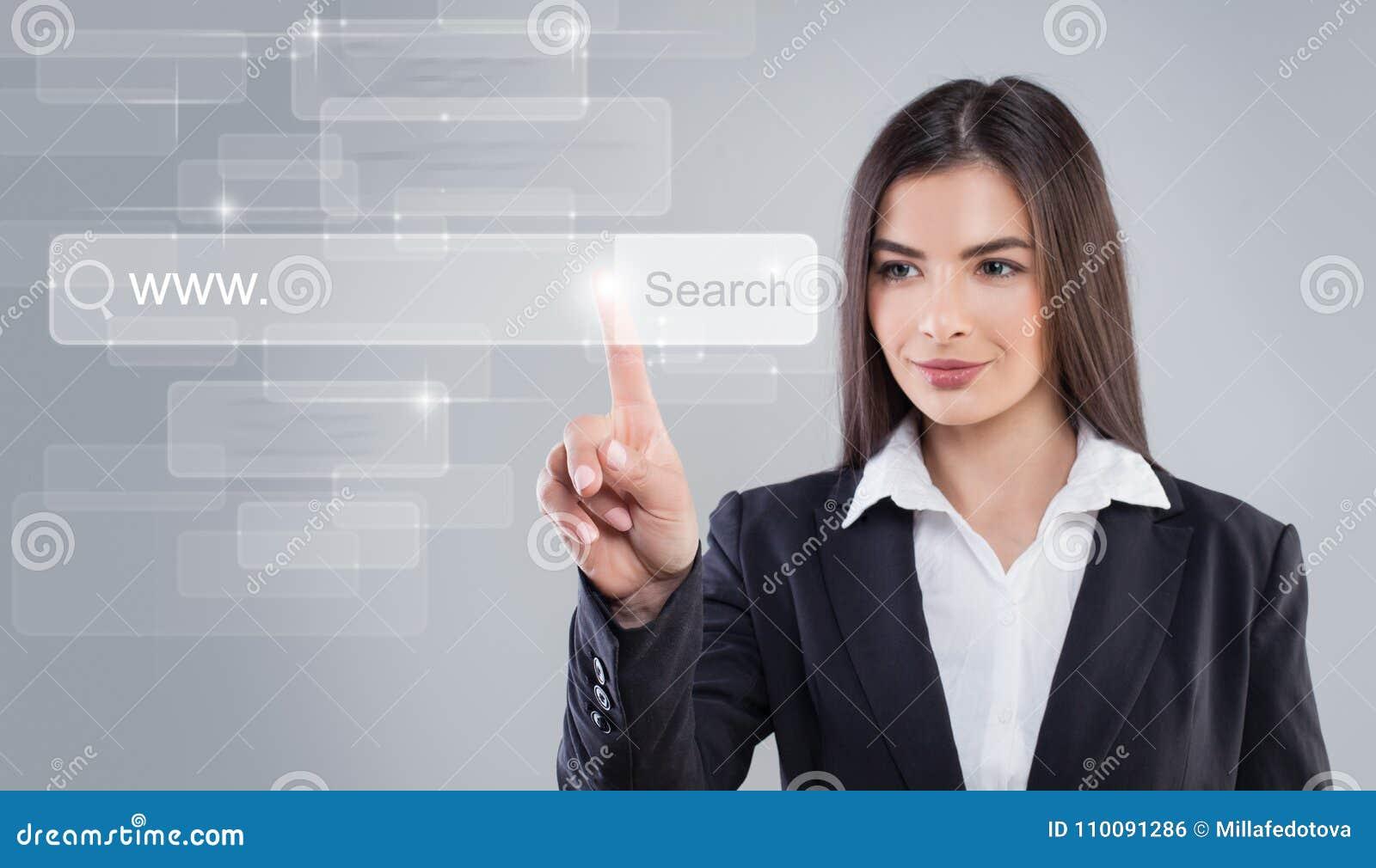 Apontar da mulher nova Surfar de WWW e de Web