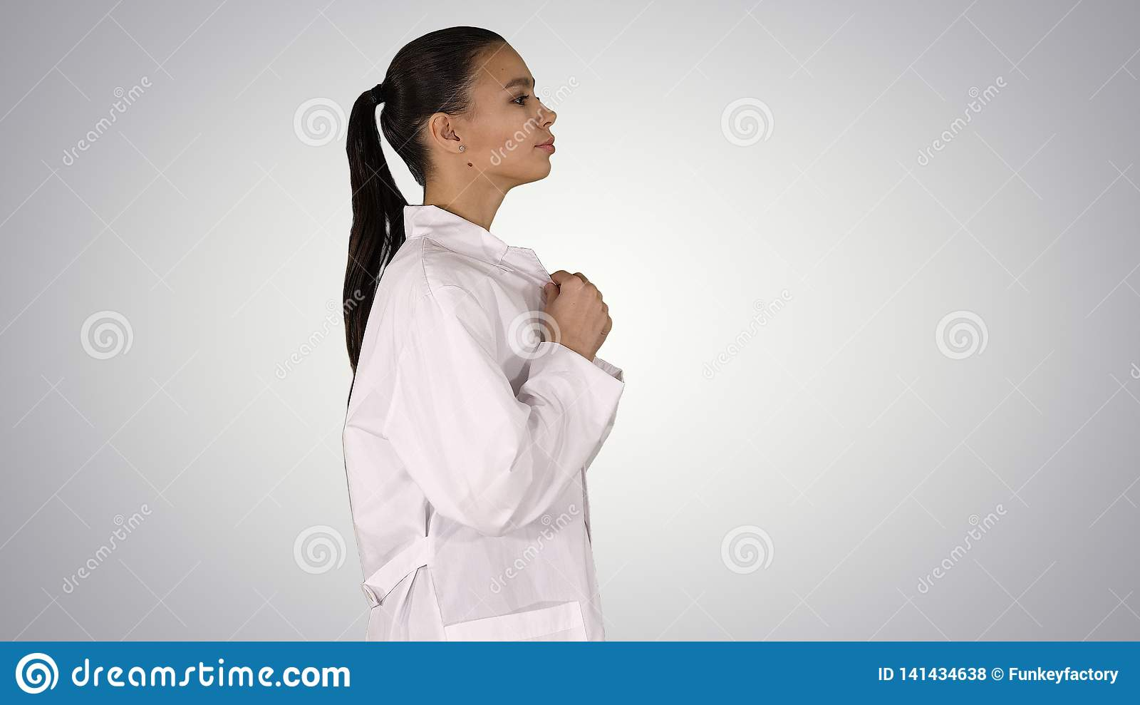 Apotekare för ung kvinna i den vita kappalaglikformign som går på lutningbakgrund
