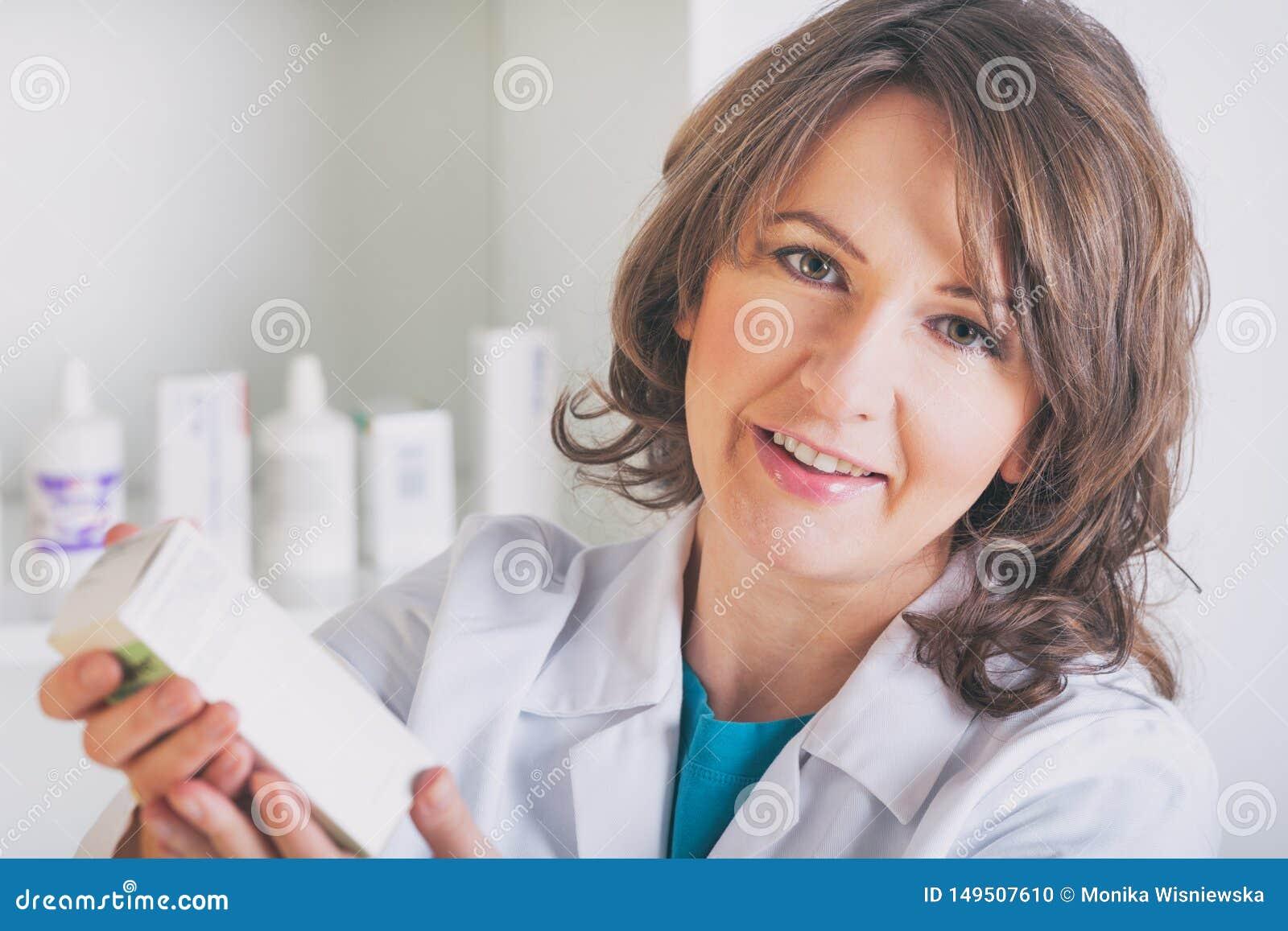 Apotekare som visar en medicin i apoteket
