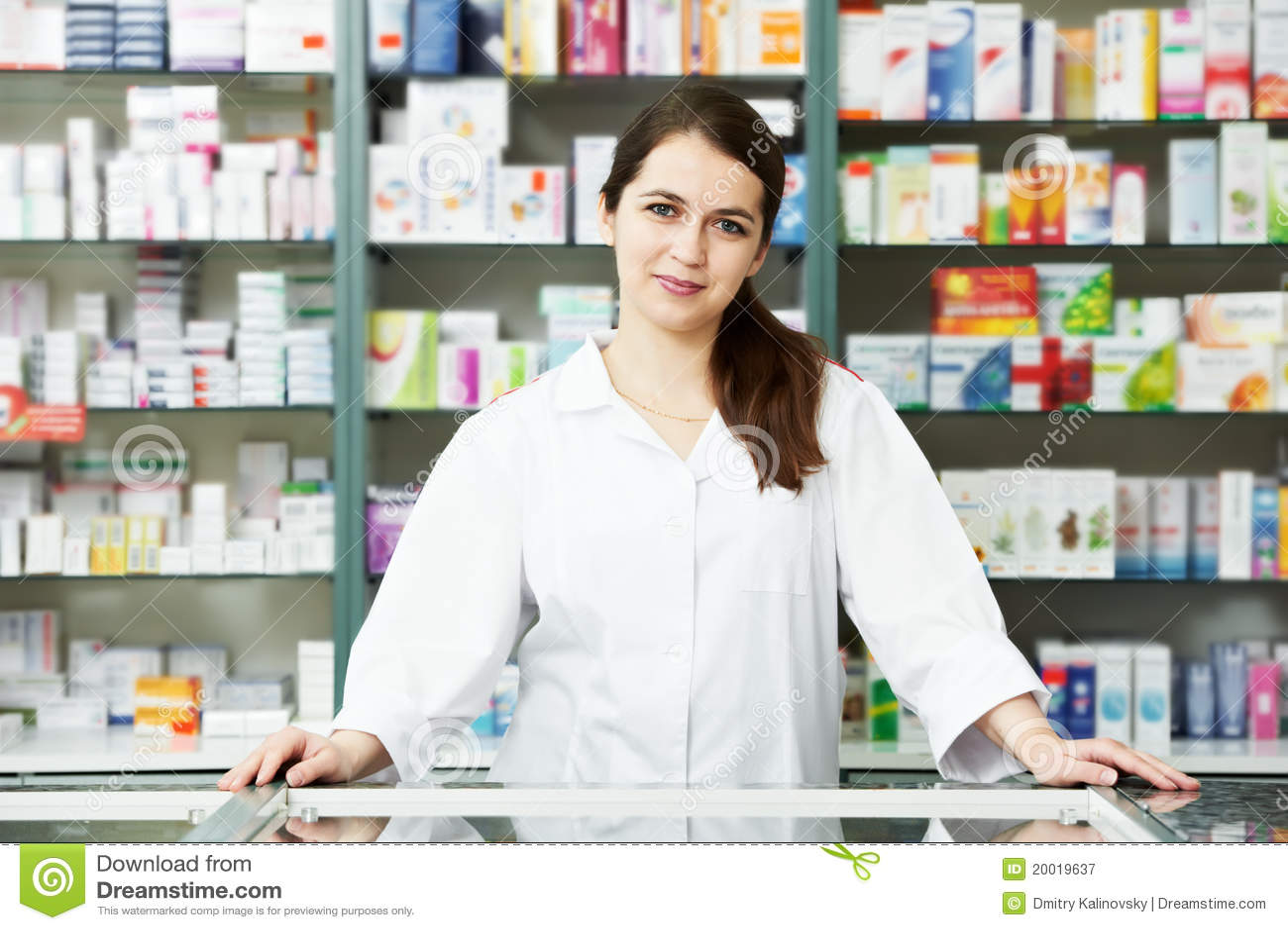 Apothekechemikerfrau im Drugstore