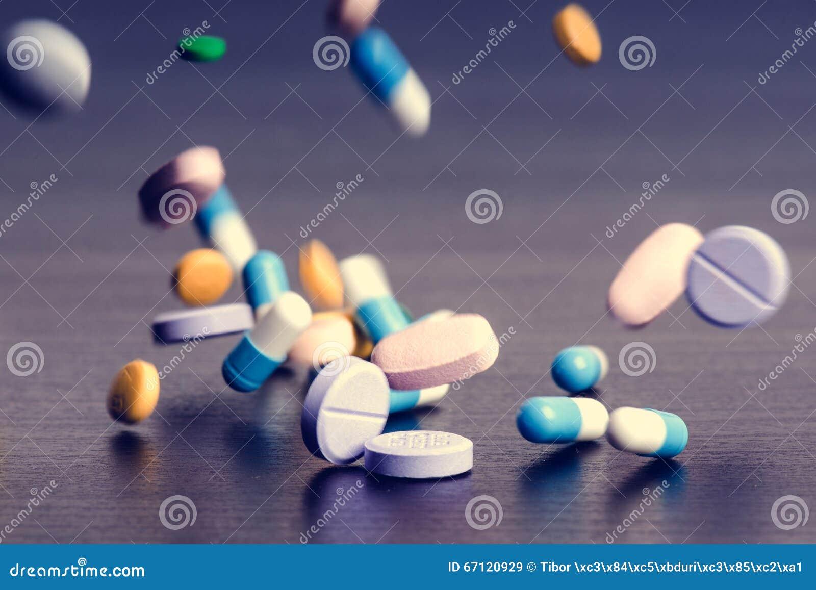 Apothekenhintergrund auf einer dunklen Tabelle Levitationspillen Tablets auf einem dunklen Hintergrund der, der abfällt Pillen Me