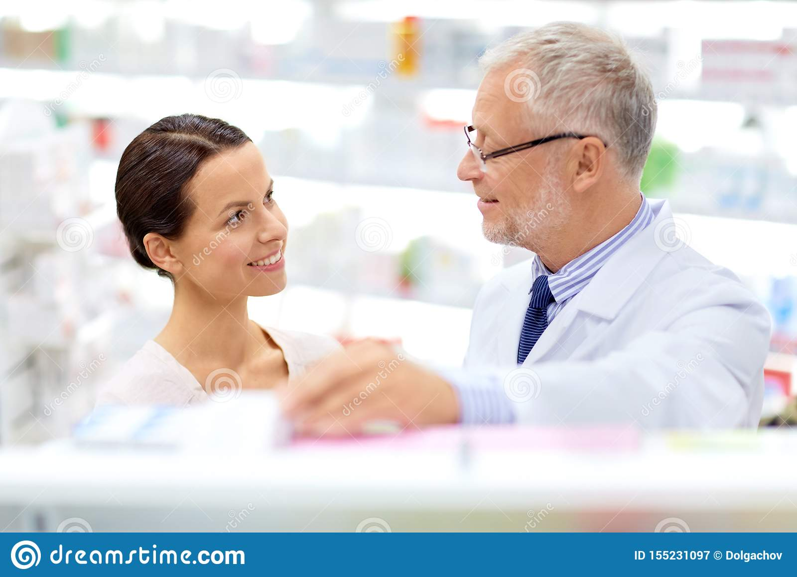 Apothicaire et femme avec la drogue ? la pharmacie
