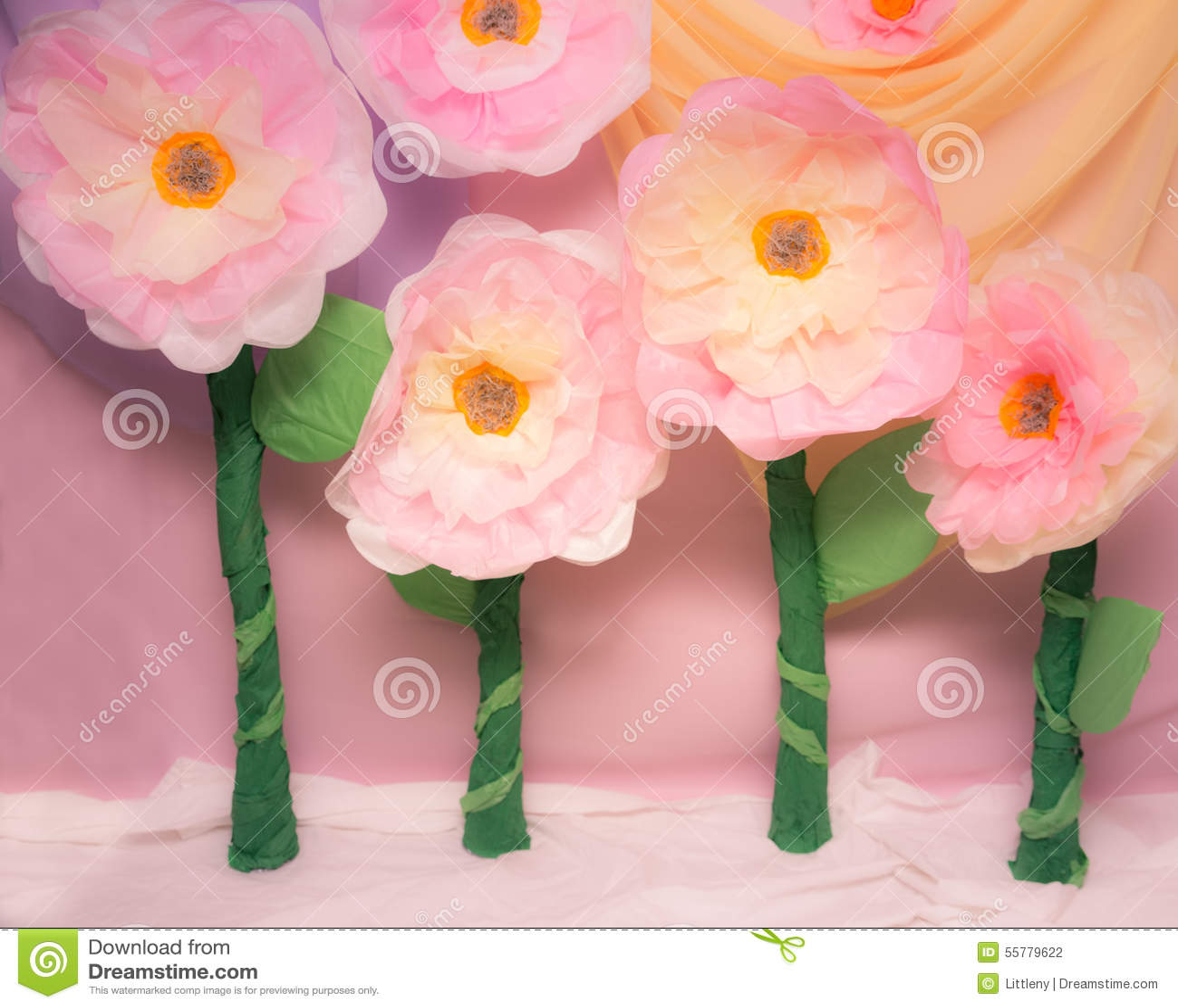 Apoyos Grandes De La Flor De Papel Seda Foto De Archivo Imagen De