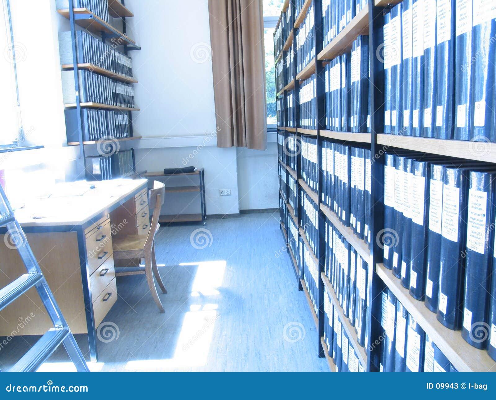 Appareil de bureau dans la bibliothèque