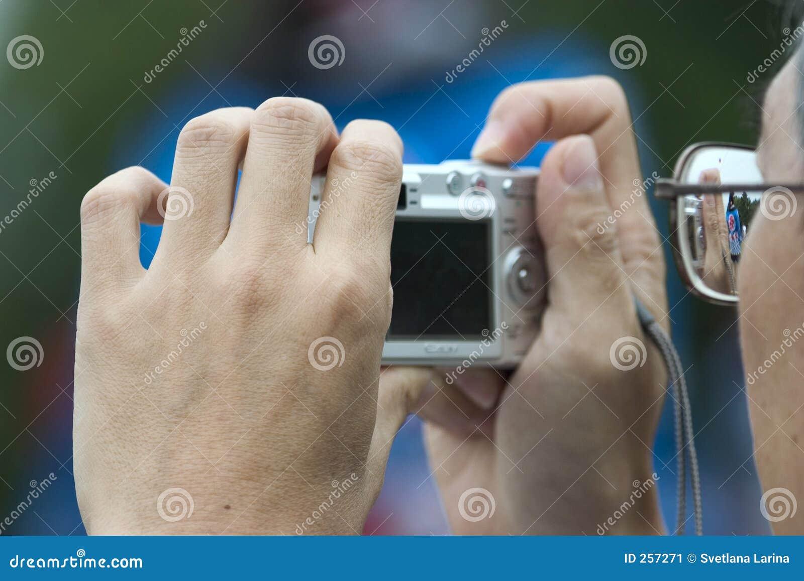 Appareil-photo de fixation d homme, prenant des photos