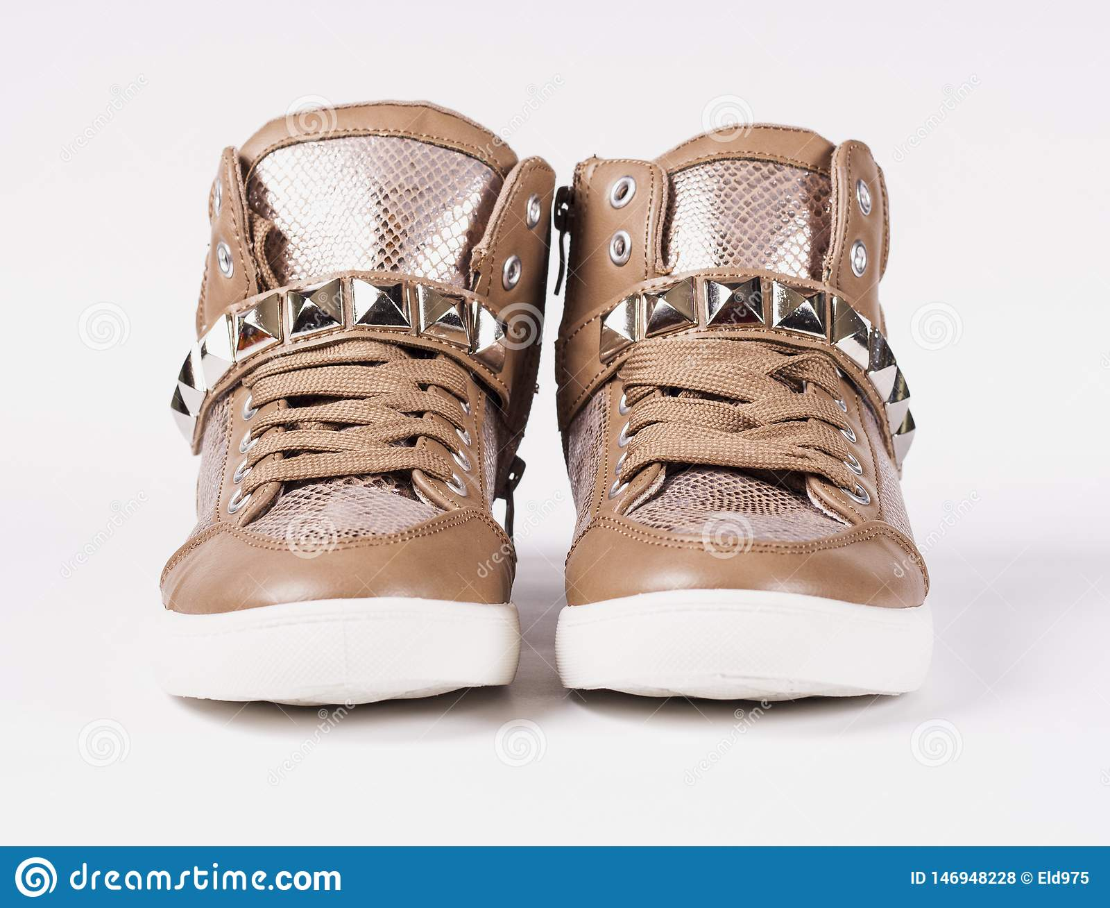 Appareillez des chaussures sur le fond gris
