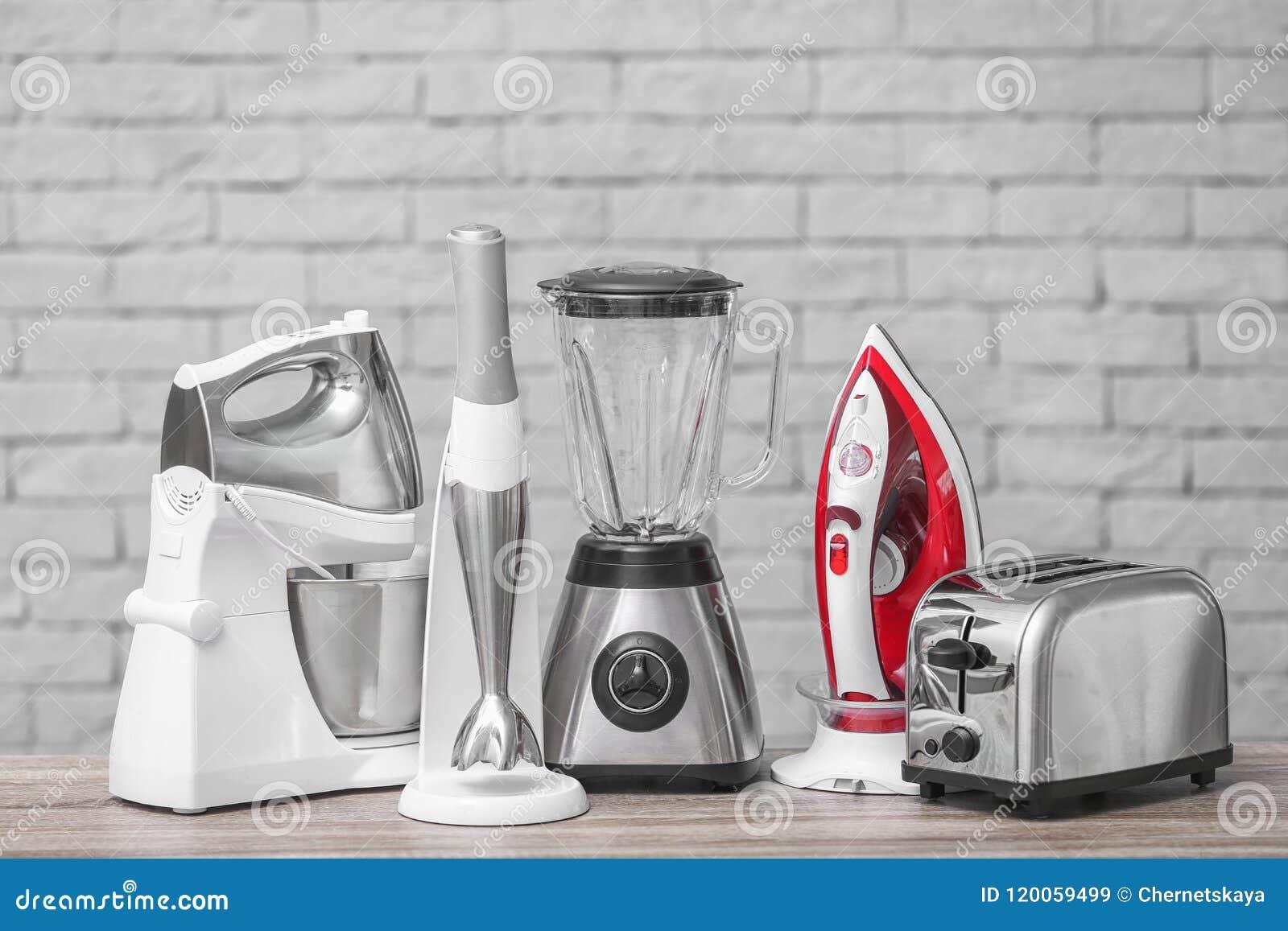 Appareils de ménage et de cuisine sur la table