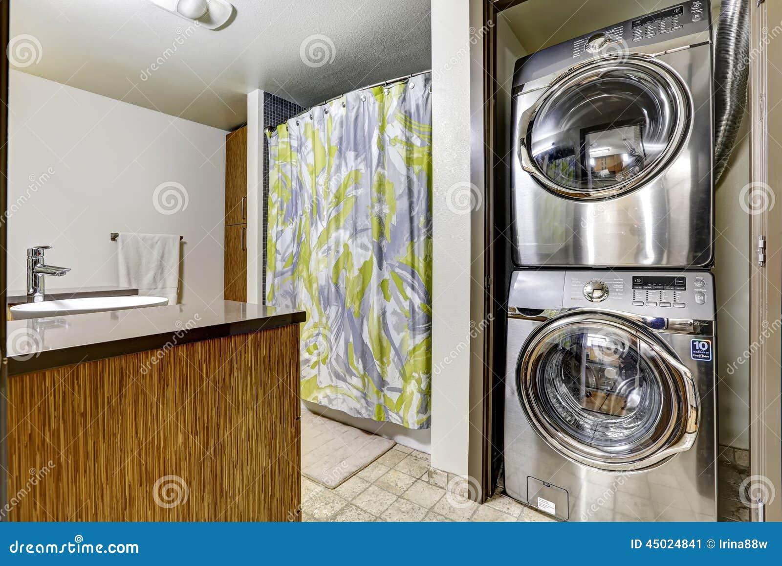 Appareils en acier modernes de blanchisserie dans la salle de bains