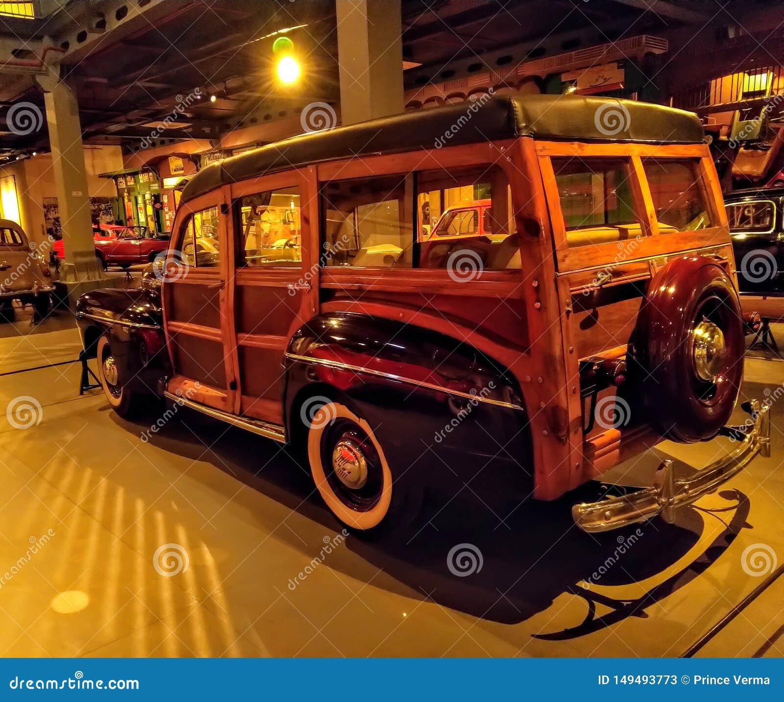 Apparence de voiture de cru de Ford Retro dans le musée Vieille voiture de cru faite de bois