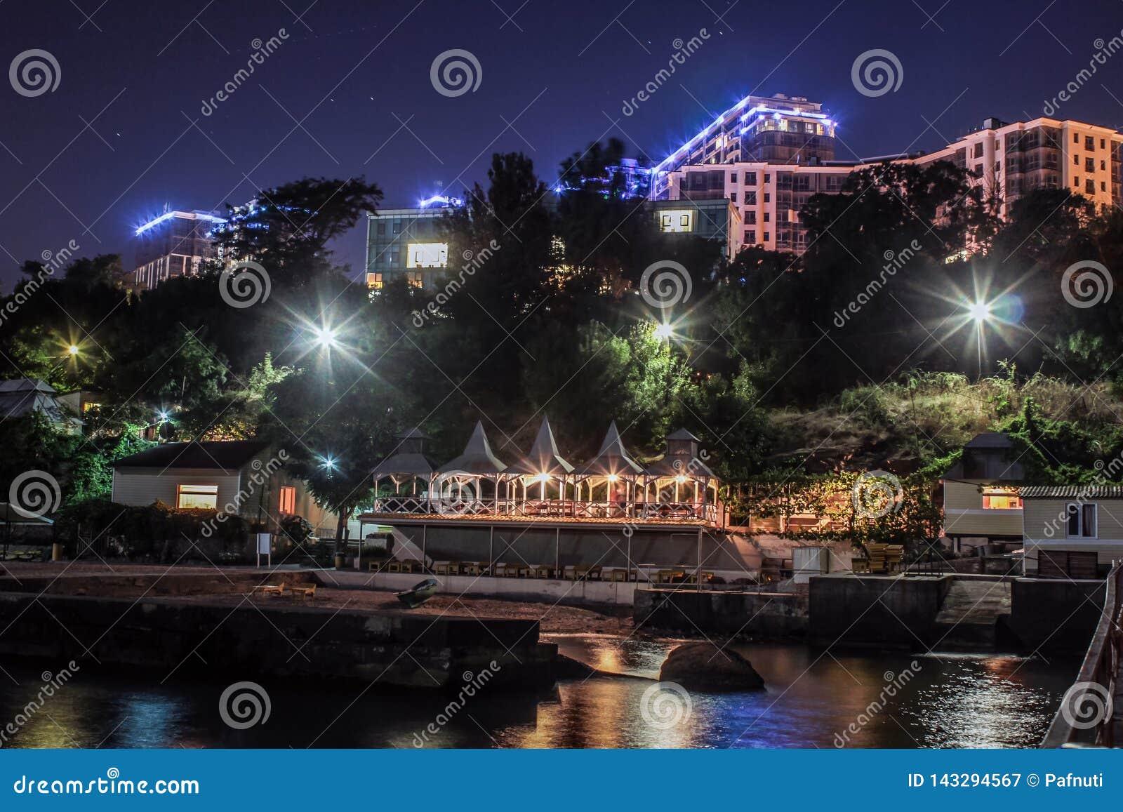 Appartamenti di lusso con la spiaggia privata del mare splendido di notte