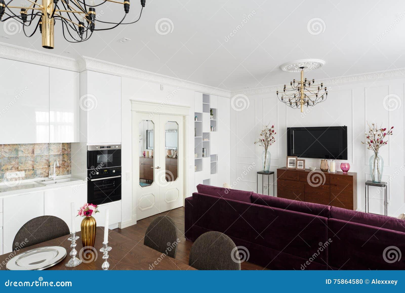 Appartamenti di studio interni con le pareti bianche una for Interni di appartamenti
