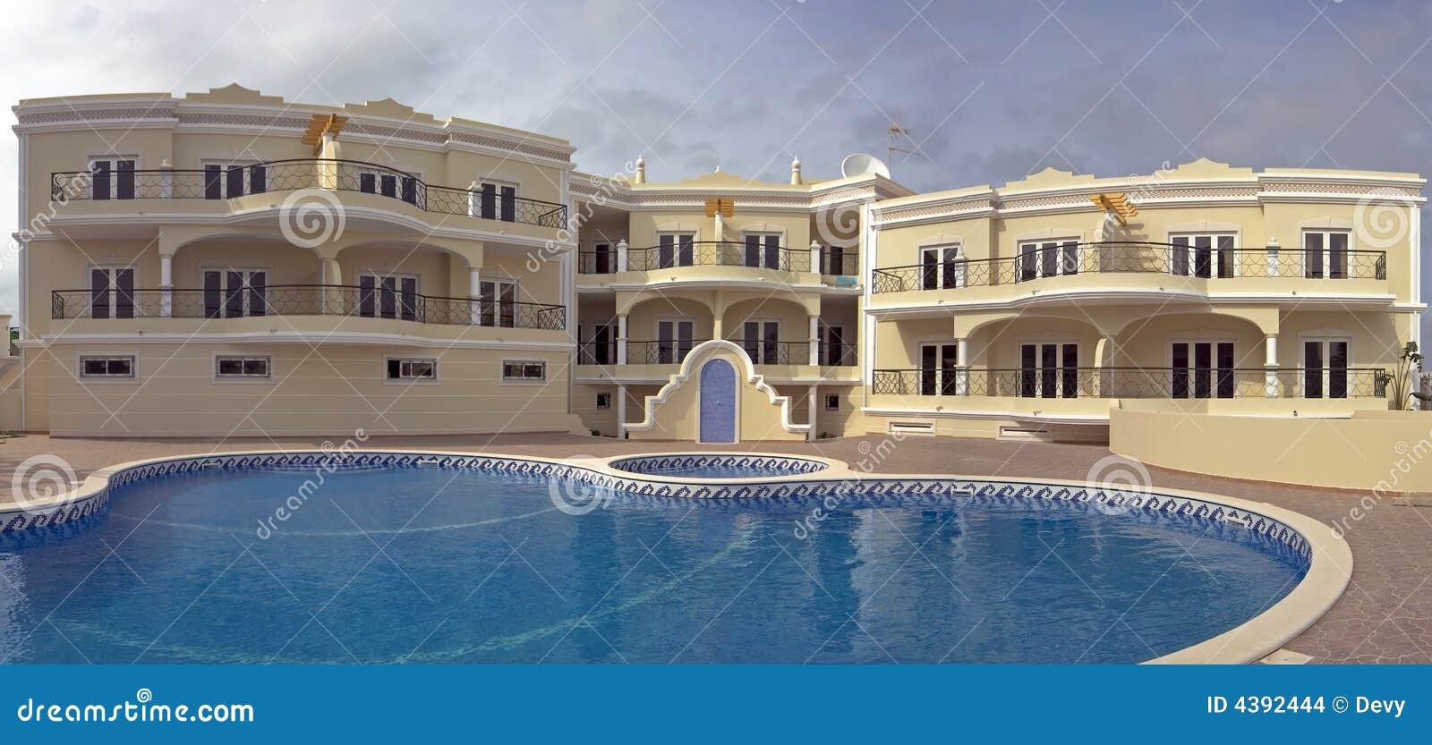 Appartamenti lussuosi con la piscina fotografia stock immagine di esterno domestico 4392444 - Appartamenti con piscina ...