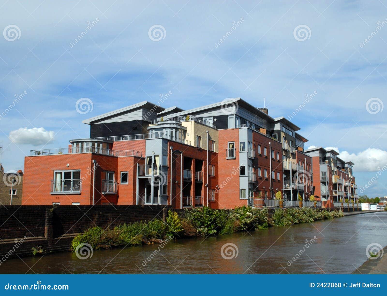 Appartamenti moderni di canalside fotografia stock for Foto appartamenti moderni
