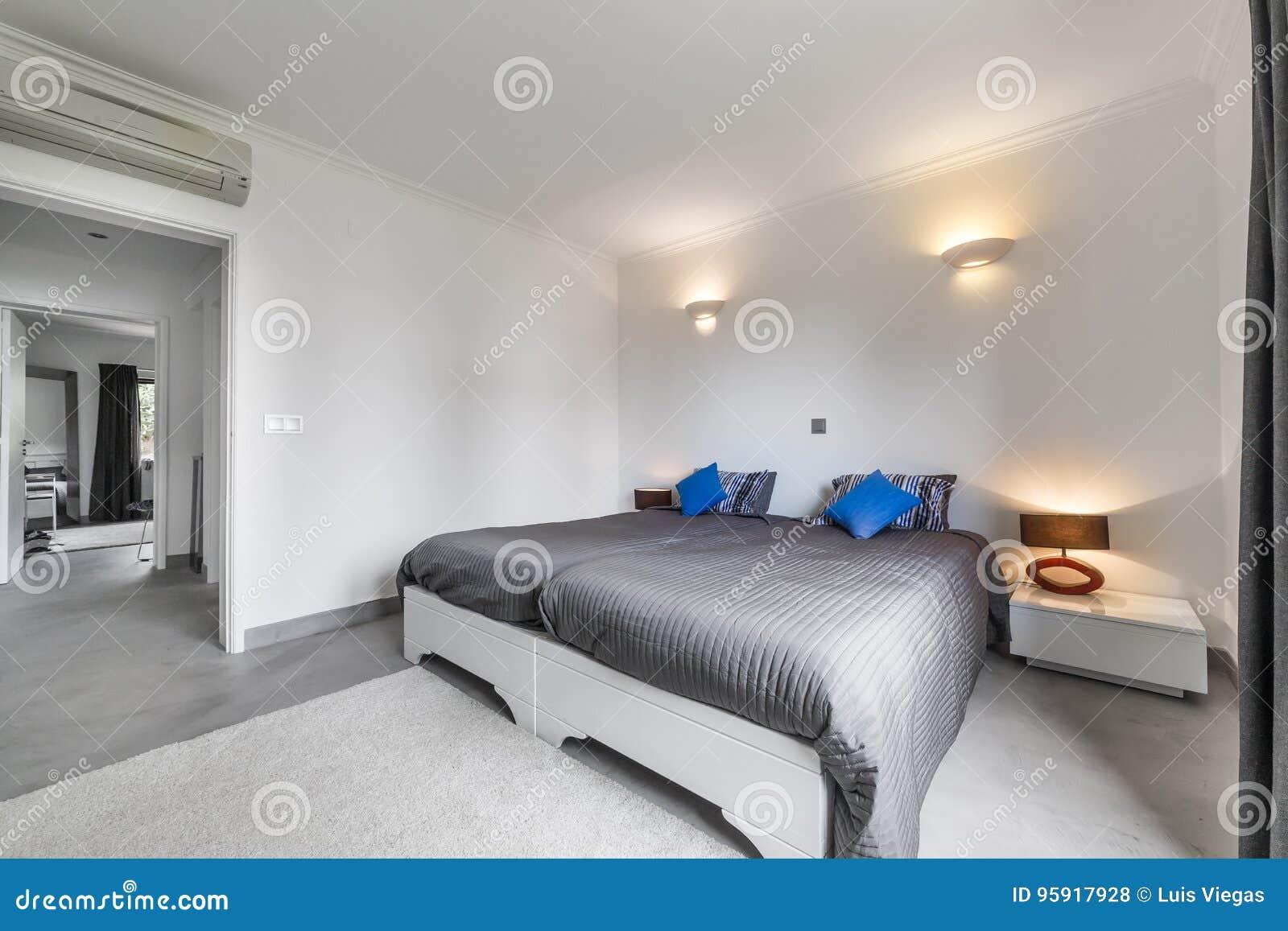Pavimento Grigio Moderno : Appartamento moderno con le pareti bianche ed il pavimento grigio