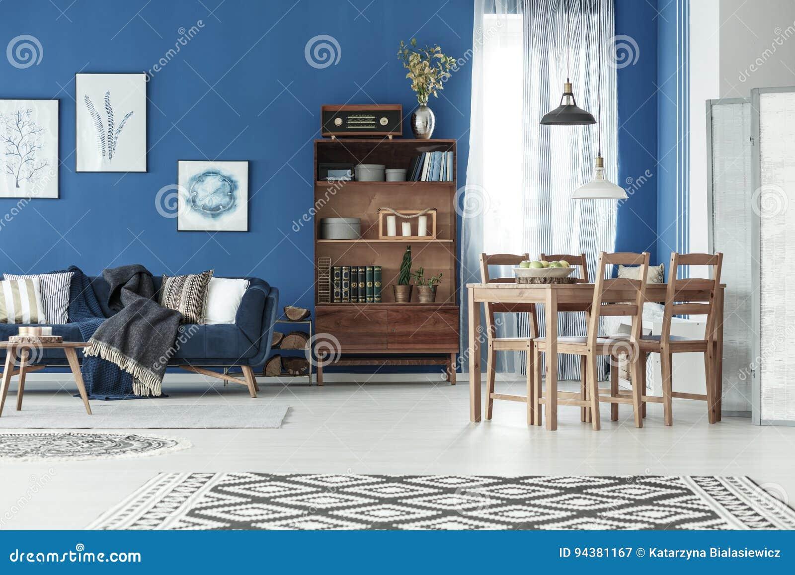 Appartement avec la table de salle à manger et le sofa