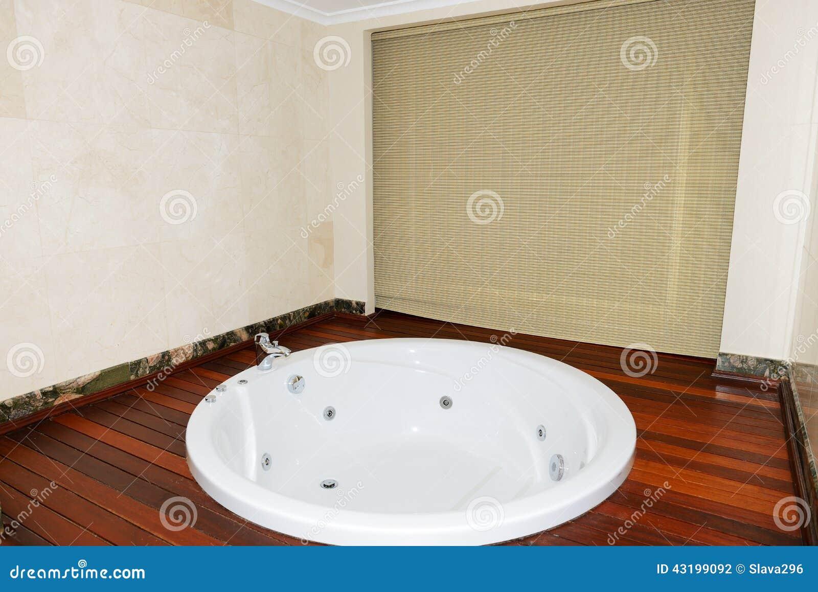 Appartement de luxe avec la salle de bains de jacuzzi for Salle de bain avec jacuzzi