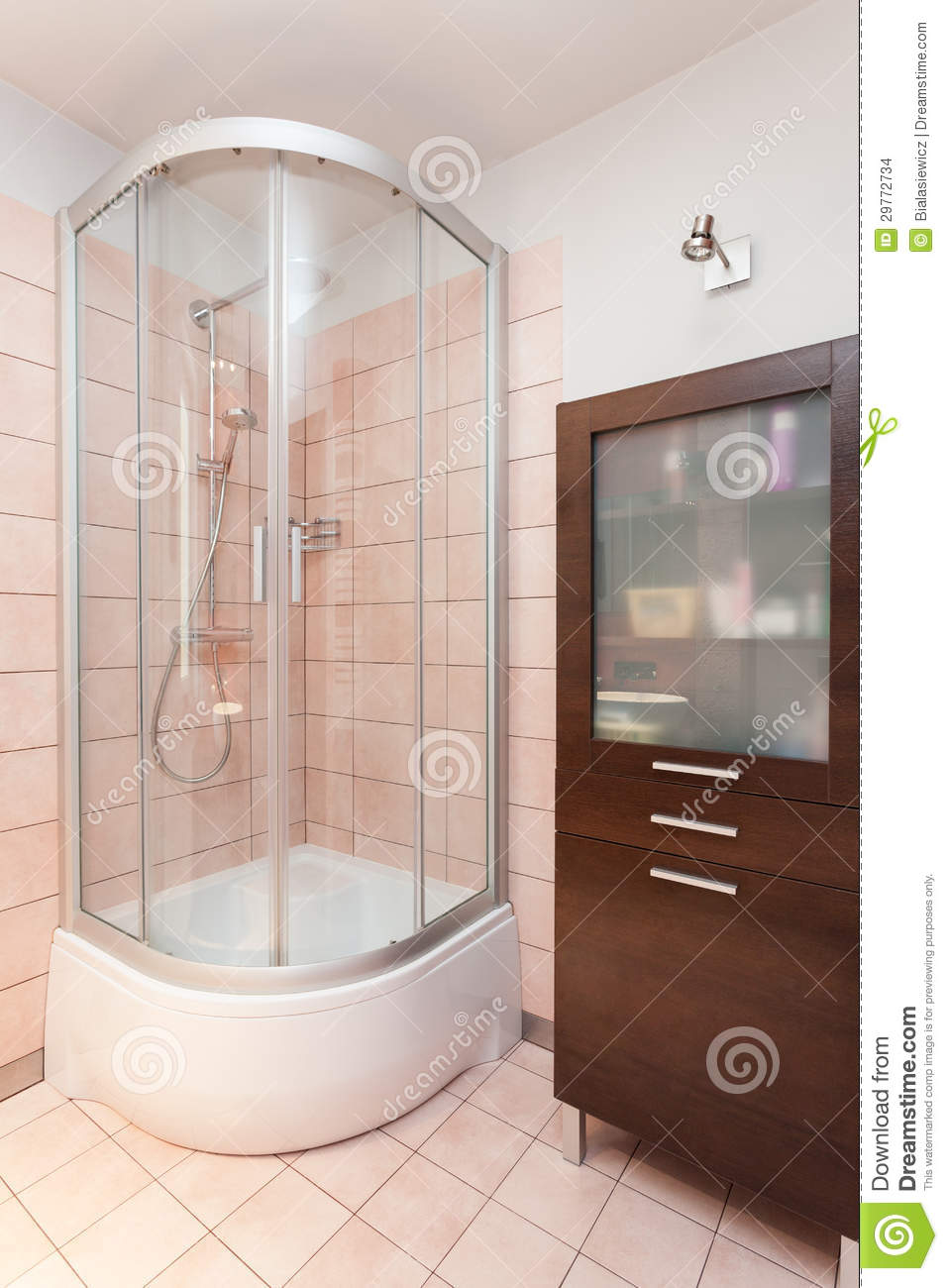 Appartement spacieux douche images stock image 29772734 for Bain douche en coin