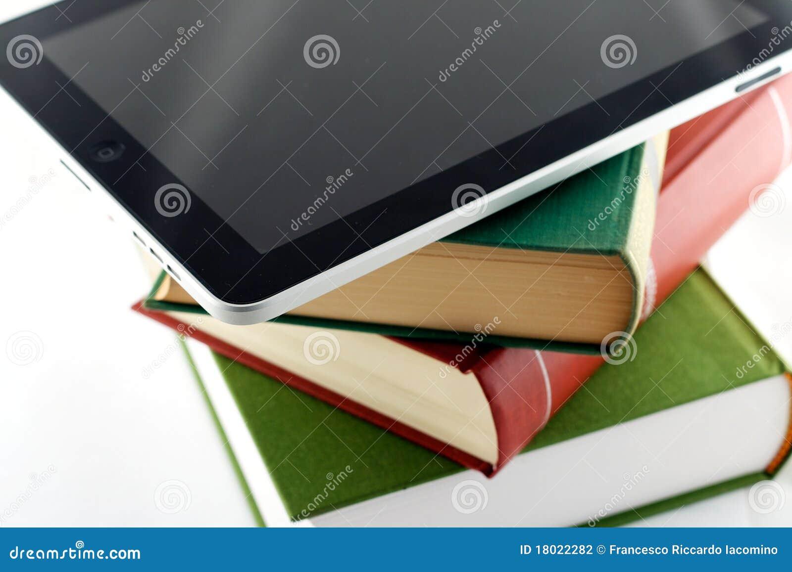 Appel ipad op een stapel boeken