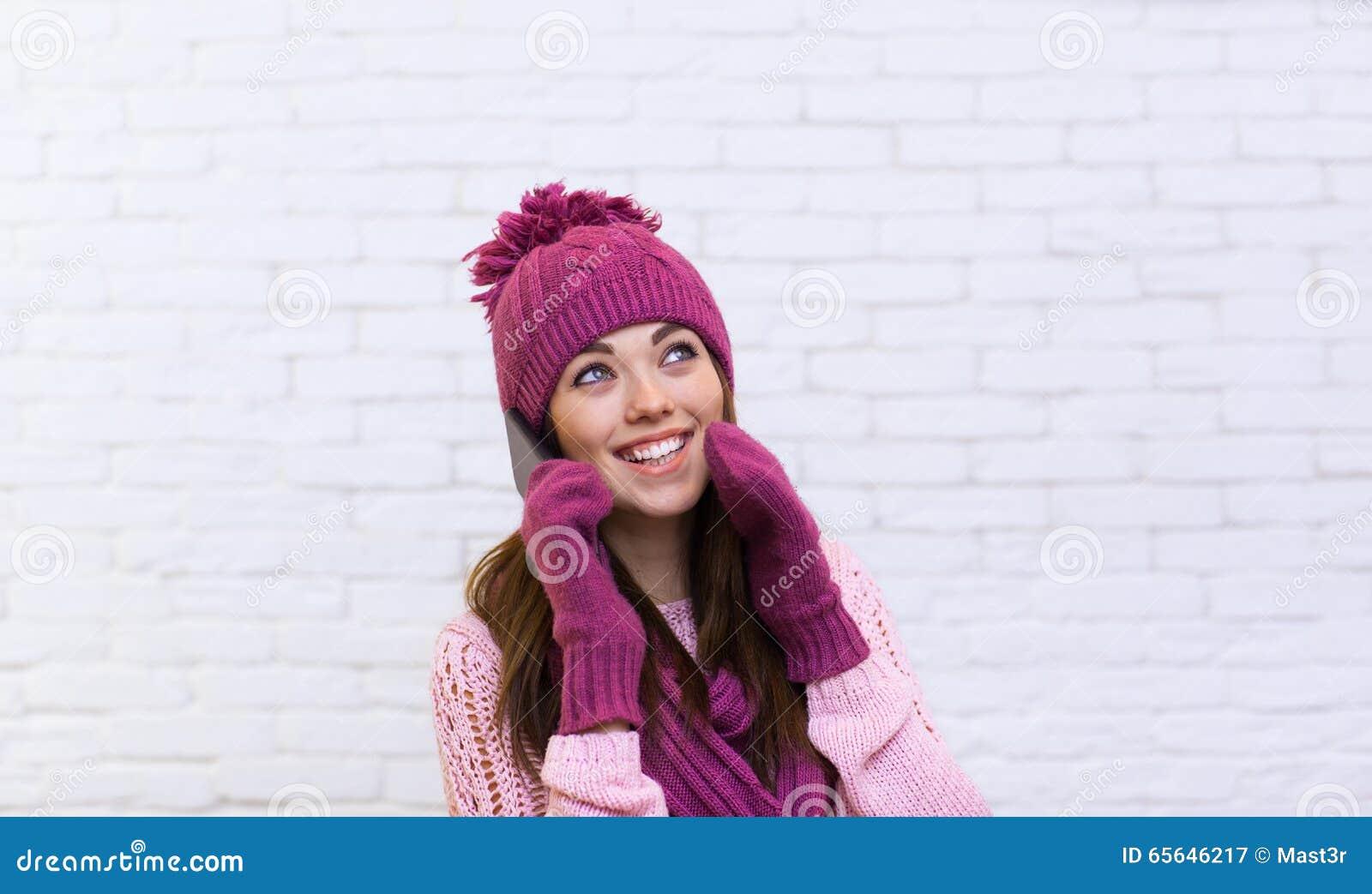 Appel téléphonique de téléphone portable attrayant d adolescente regardant de côté l espace de copie