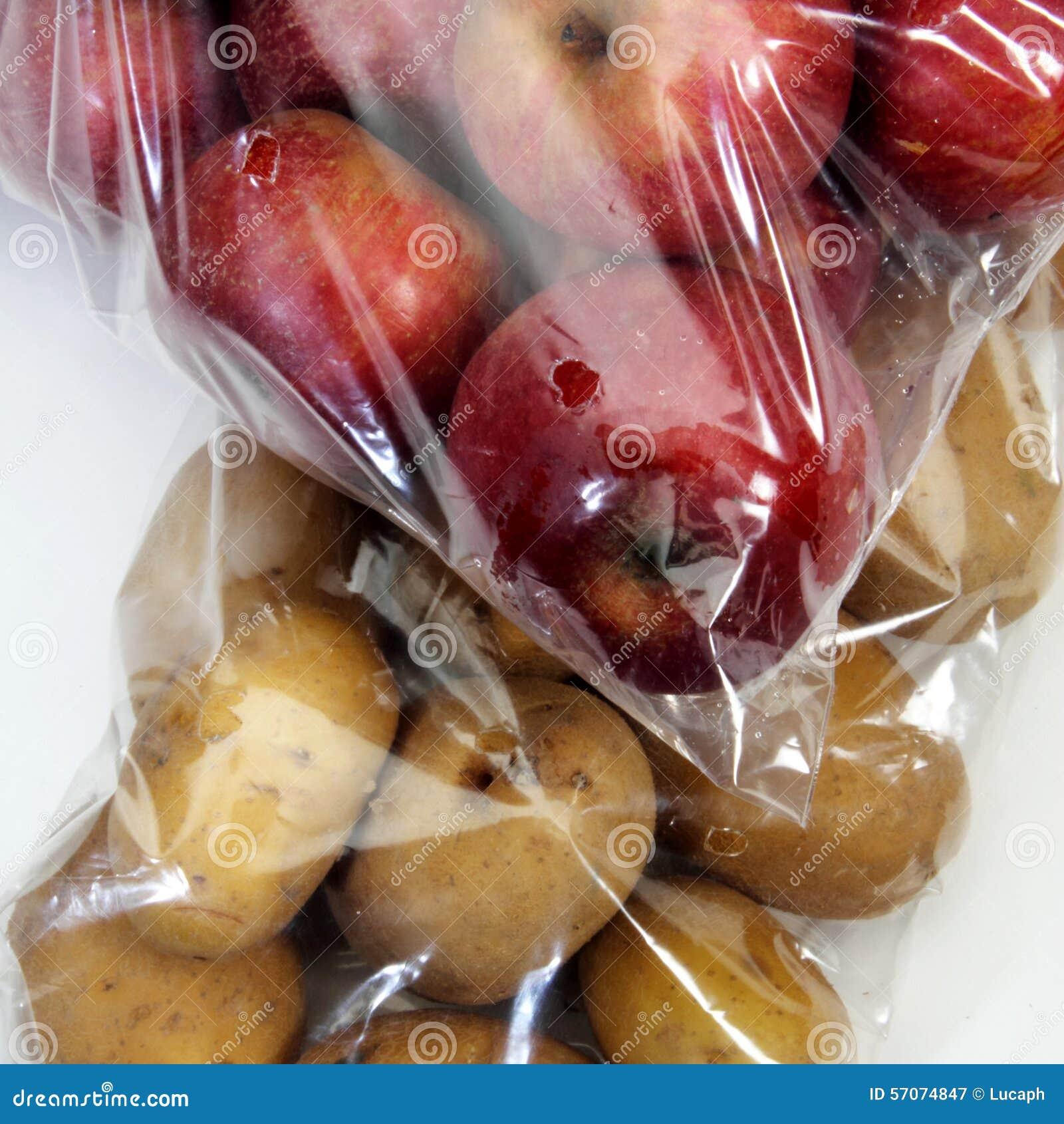 Appelen en aardappels in cellofaanzakken