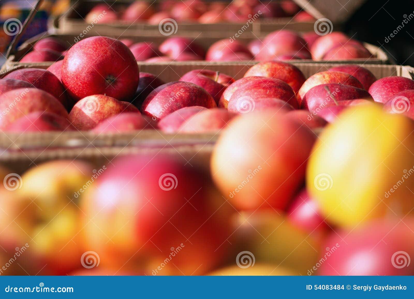 Appelen in kratten op markt