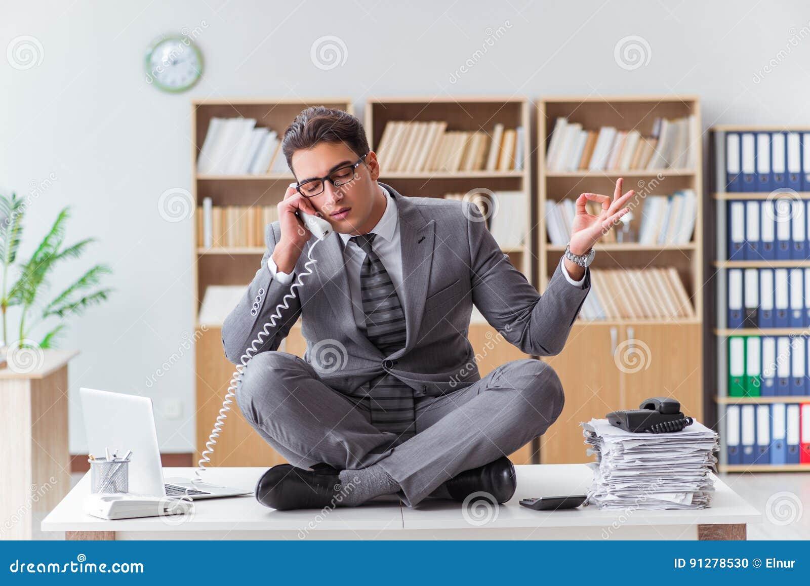 Appellmittoperatören som talar på telefonen