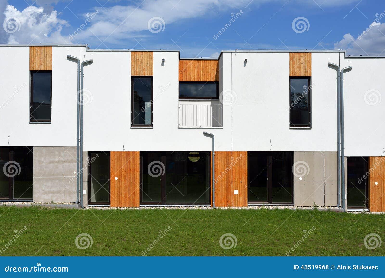 Appena casa a schiera moderna costruita della famiglia for Costo per costruire 5 case a schiera