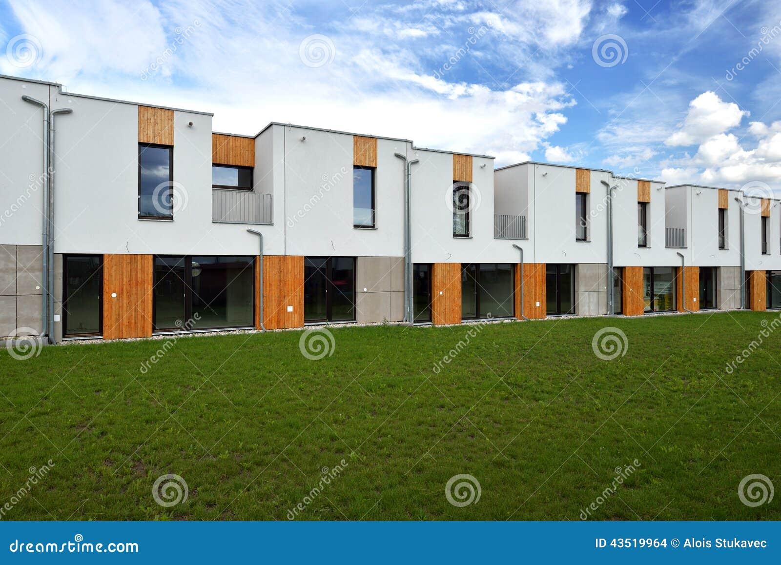 Giardini Per Case Moderne appena case a schiera moderne costruite della famiglia