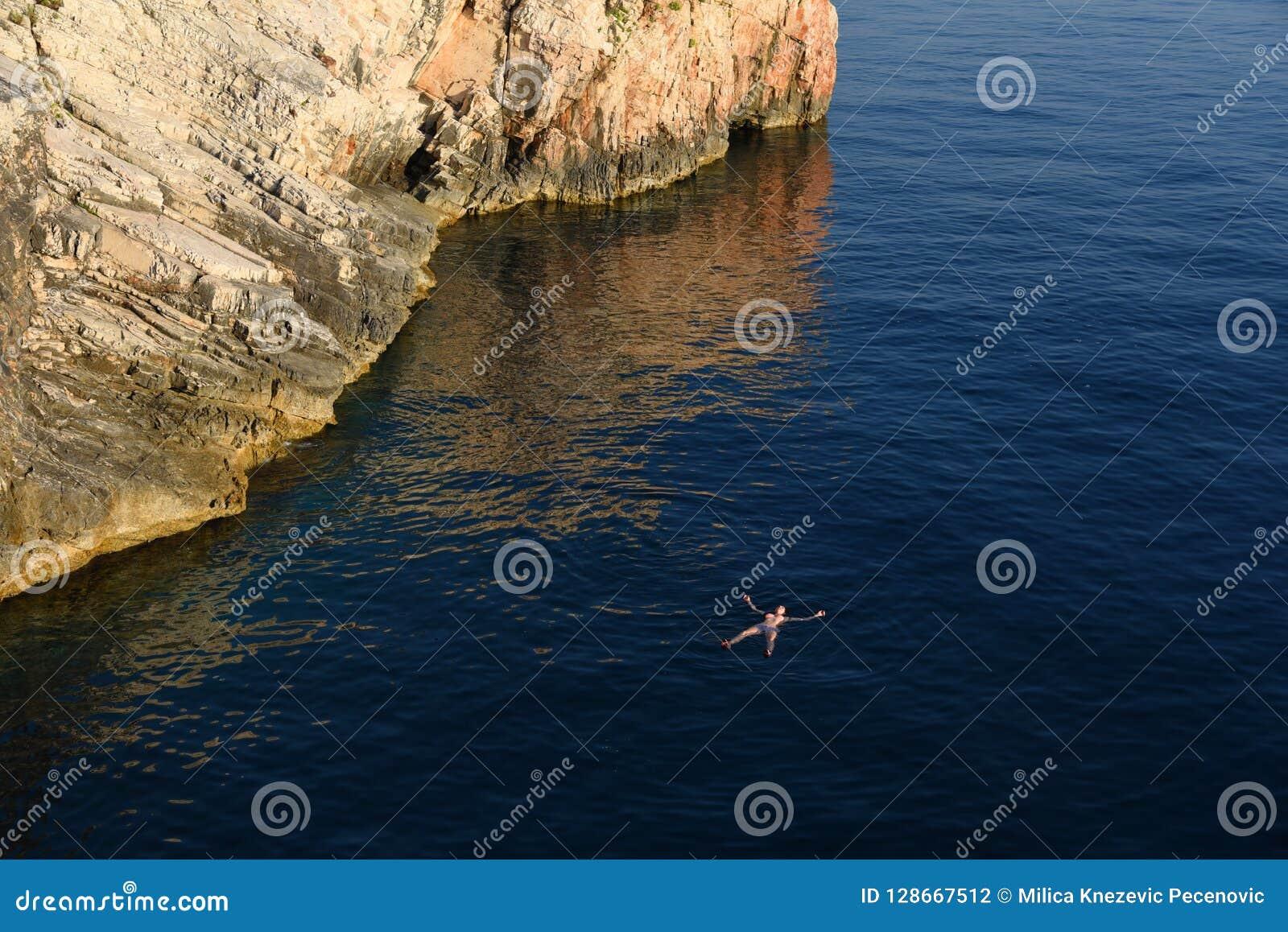 Appena galleggiando