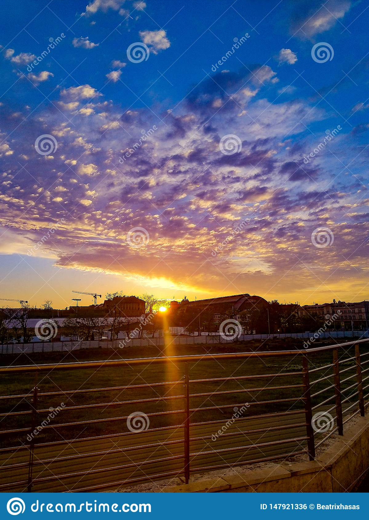 Appena un tramonto stupefacente in un giorno normale