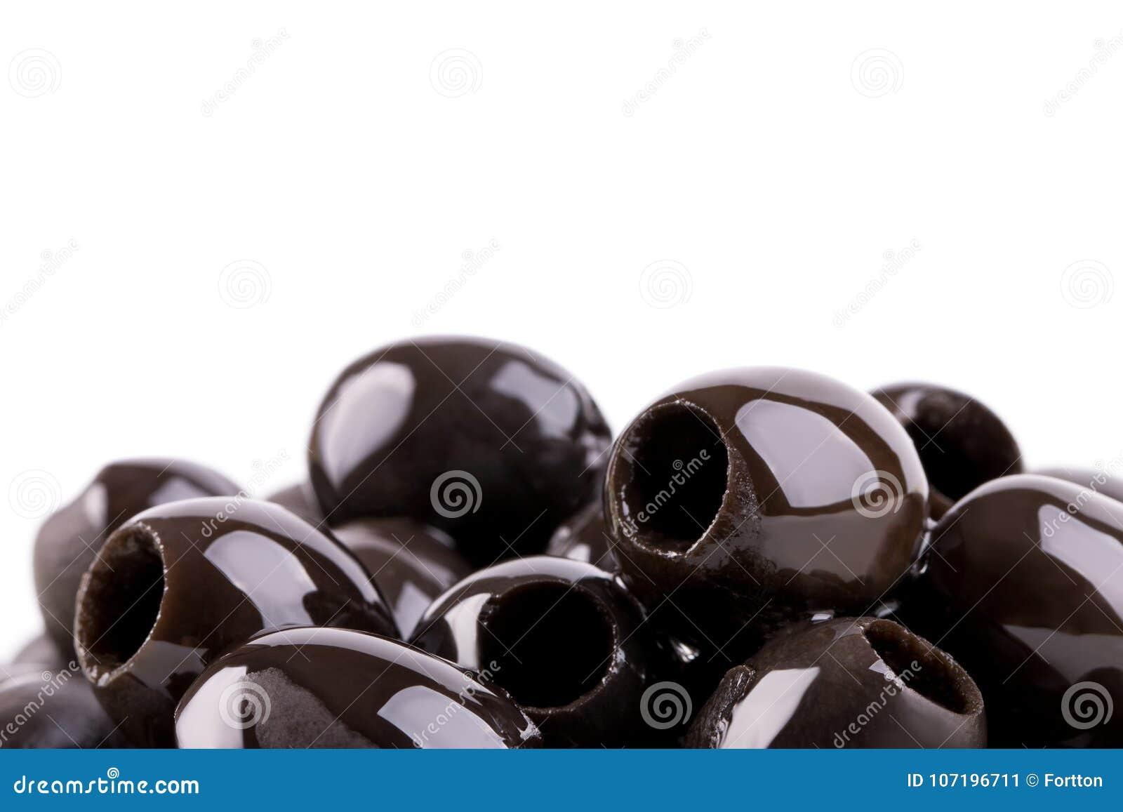 Appetitanregende neue Oliven ohne Gruben auf einem weißen Hintergrund