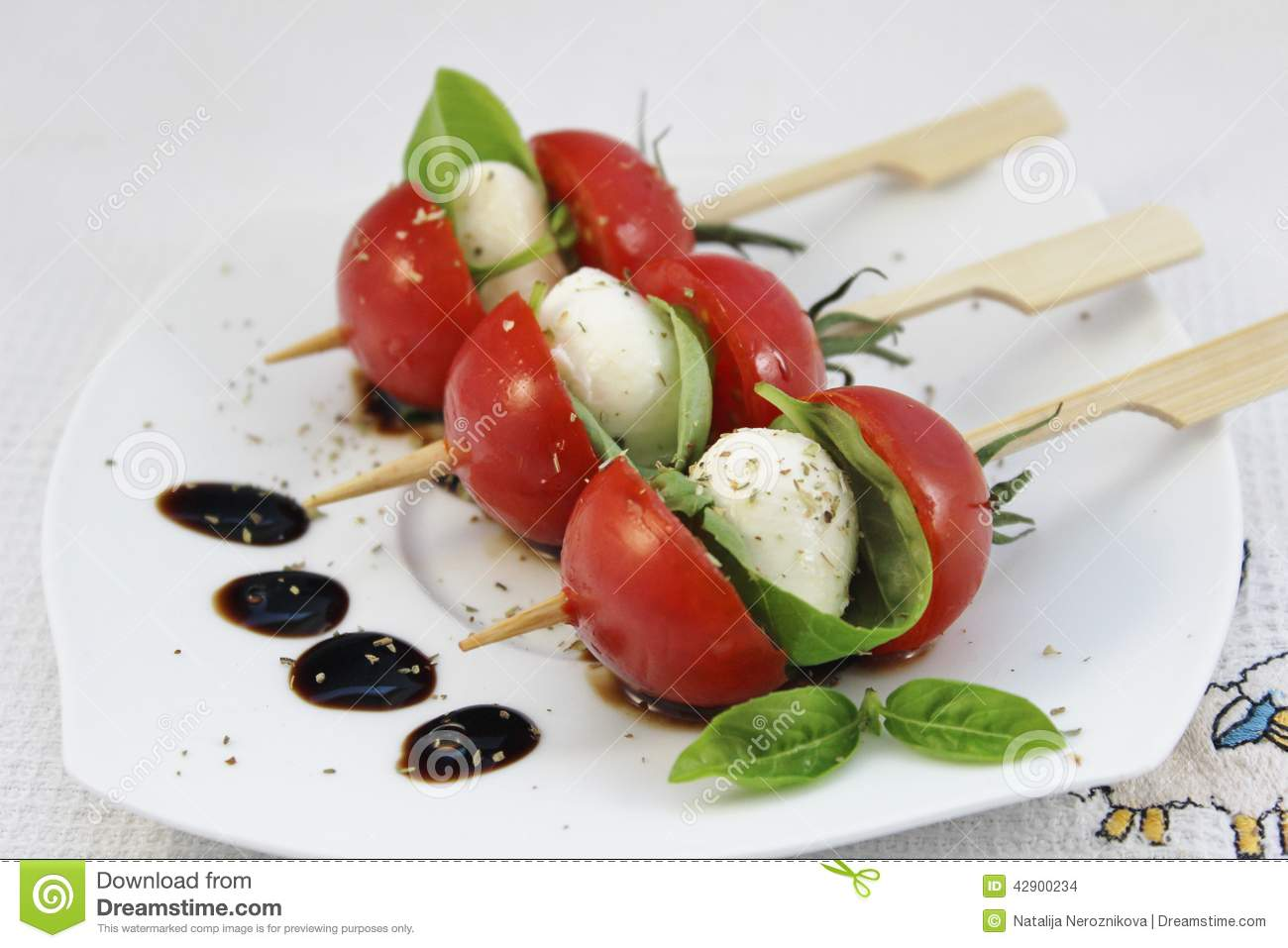 appetizer-baby-mozzarella-cocktail-tomatoes-skewers-tomato-basil ...